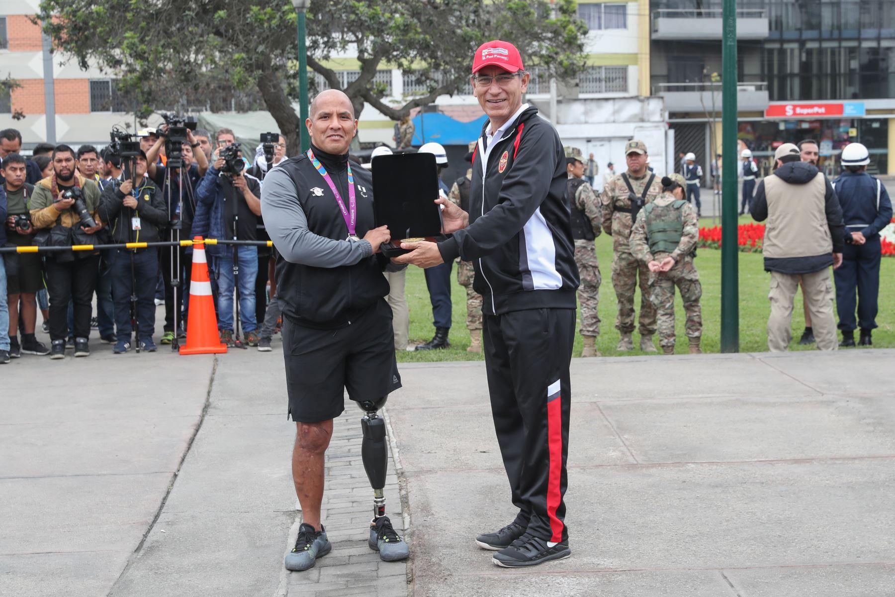 En el marco del día de las Fuerzas Armadas, presidente Vizcarra premia a Carlos Felipa, medallero en los Juegos Parapanamericanos Lima 2019.  Foto: ANDINA/Mindef