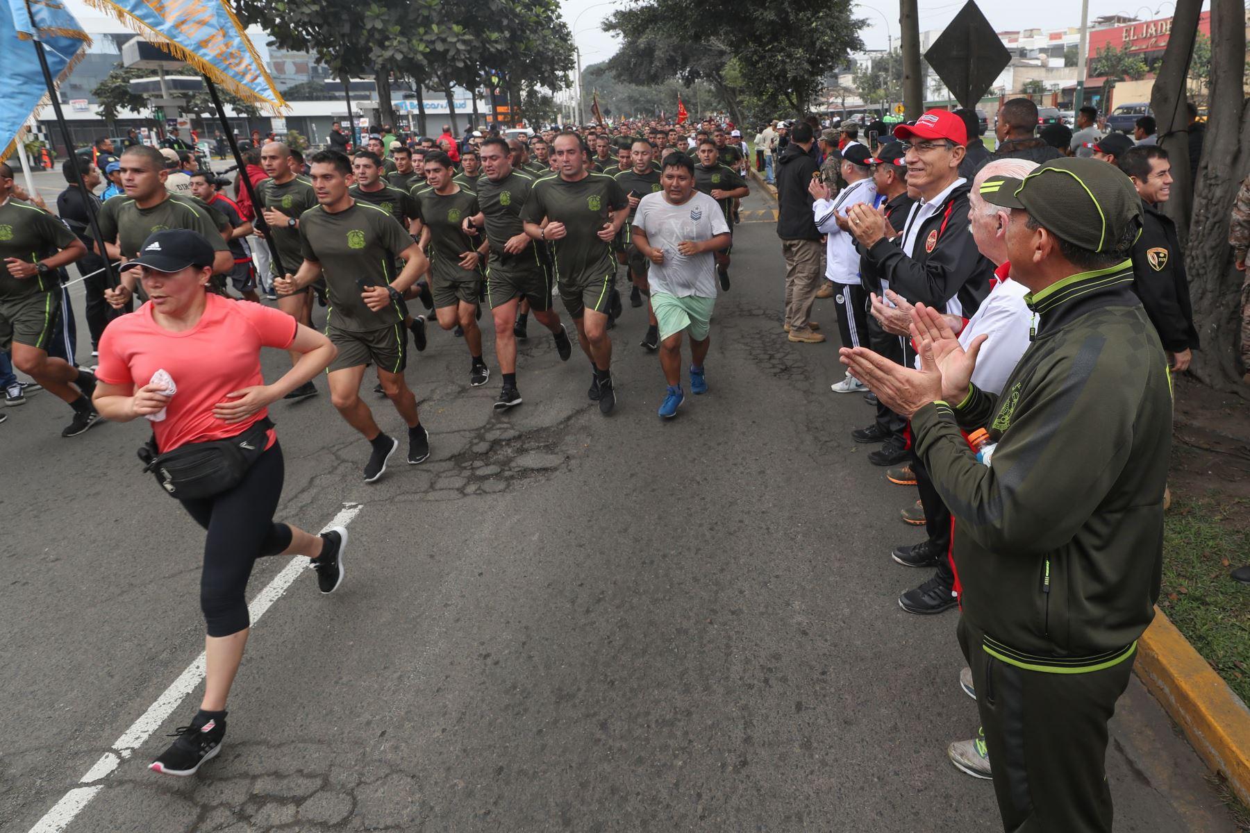 Presidente Martín Vizcarra da la bienvenida a los participantes de la XVII edición de la Carrera Cívico Militar 7.5K, en el marco de las actividades por el Día de las Fuerzas Armadas. Foto: ANDINA/Mindef