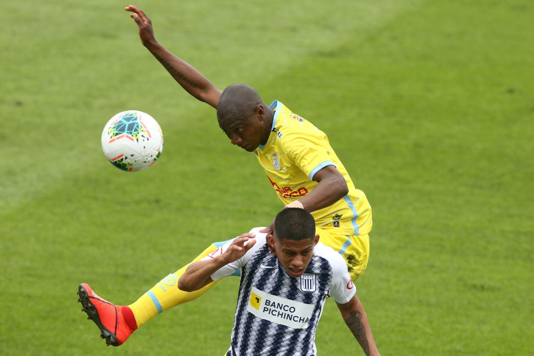Kevin Quevedo de Alianza Lima se enfrenta a Jhoel Herrera de Real  Garcilaso por el Torneo Clausura de Liga 1. Foto: ANDINA/Vidal Tarqui