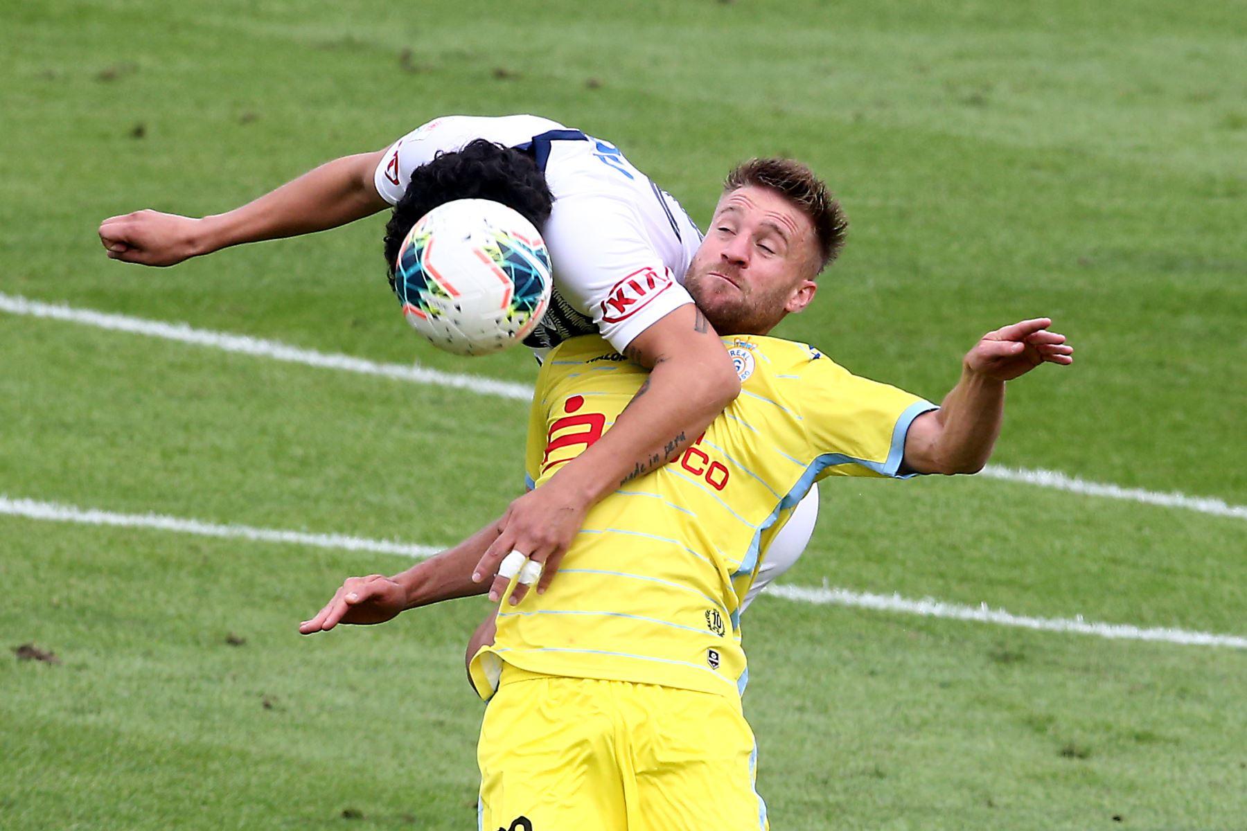 Hansell Riojas de Alianza Lima se enfrenta adanilo Canando de Real Garcilaso por el Torneo Clausura de Liga 1. Foto: ANDINA/Vidal Tarqui