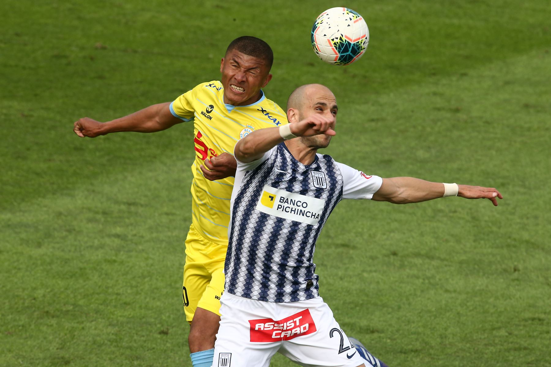 Federico Rodriguez de Alianza Lima se enfrenta a Marizún Quina de Real Garcilaso por el Torneo Clausura de Liga 1. Foto: ANDINA/Vidal Tarqui
