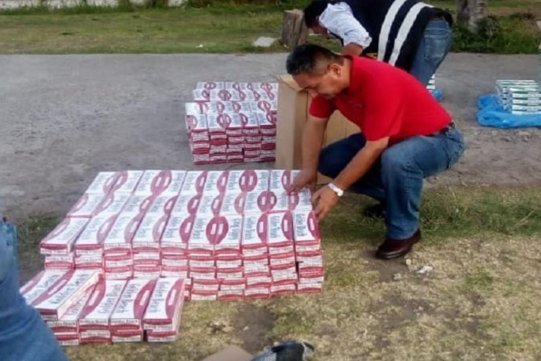 Policía Nacional incautó cerca de 100,000 cigarrillos de contrabando que se encontraban camuflados en el interior de un ómnibus interprovincial que cubría la ruta Juliaca – Arequipa. Dicha mercadería ilegal, procedente de Paraguay, ingresó al país a través de la frontera con Bolivia y tenía como destino final la ciudad de Arequipa.