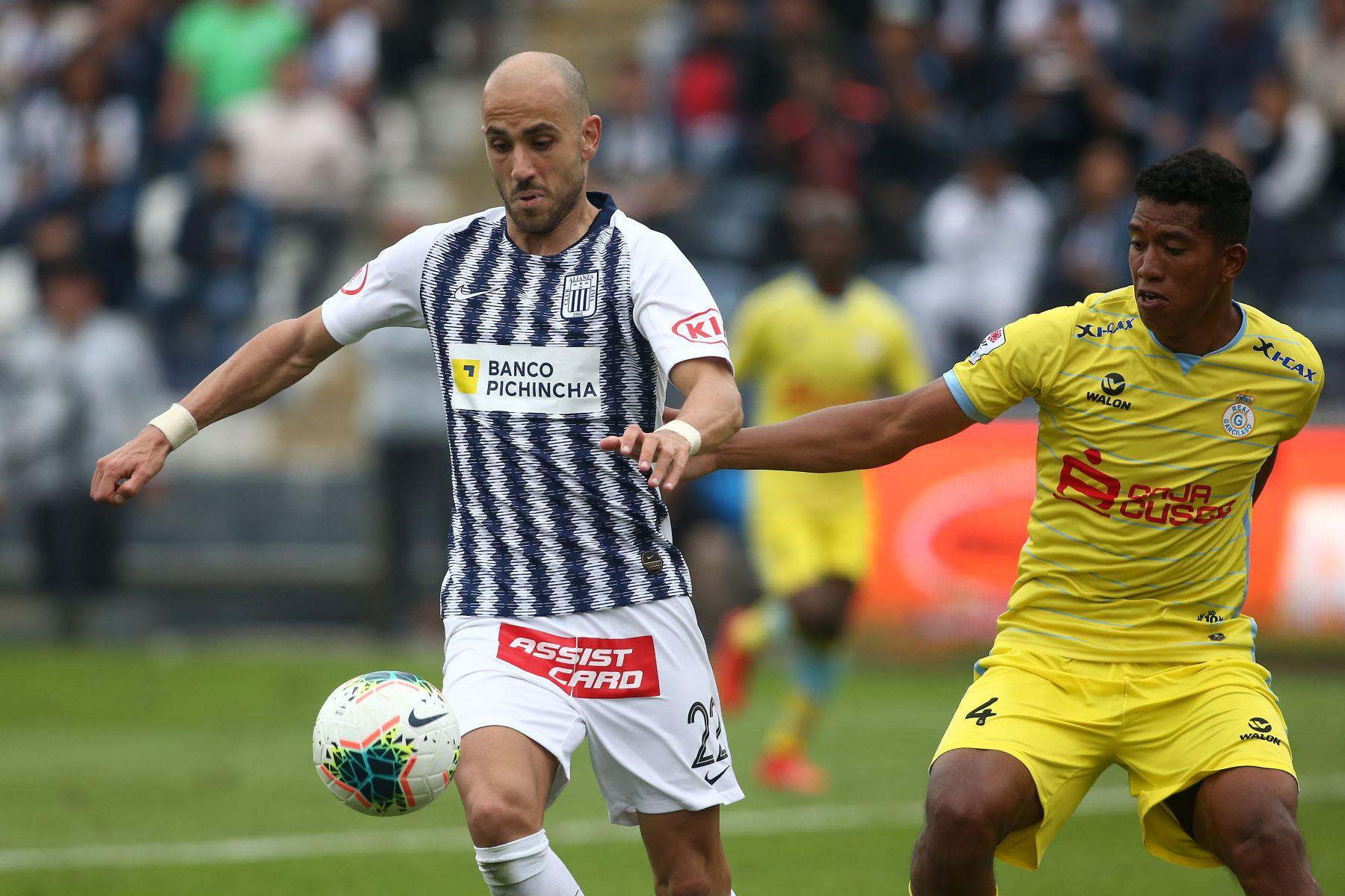 Federico Rodriguez de Alianza Lima se enfrenta a José Canova de  Real Garcilaso por el Torneo Clausura de Liga 1. Foto: ANDINA/Vidal Tarqui