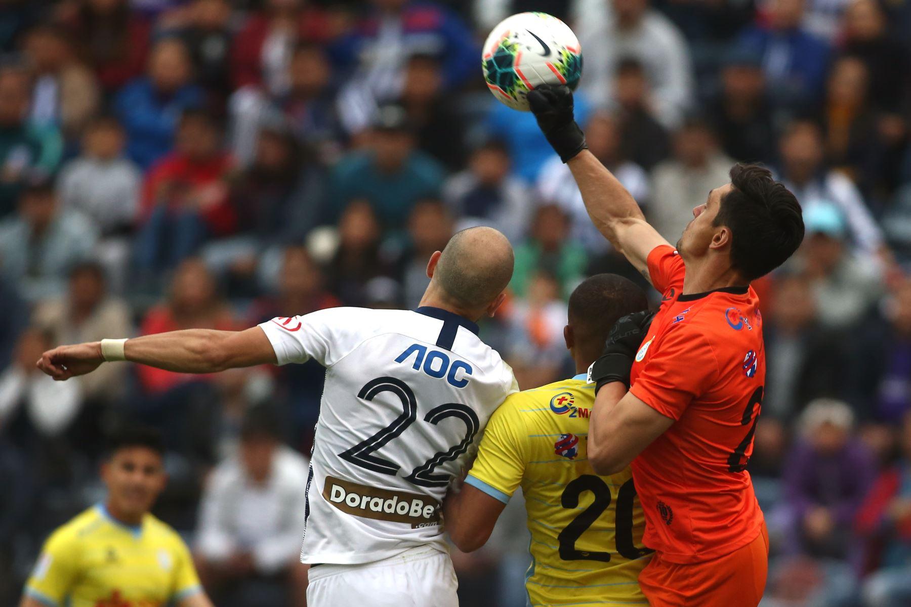 Federico Rodriguez de Alianza Lima se enfrenta a Daniel Ferreyra de Real Garcilaso por el Torneo Clausura de Liga 1. Foto: ANDINA/Vidal Tarqui