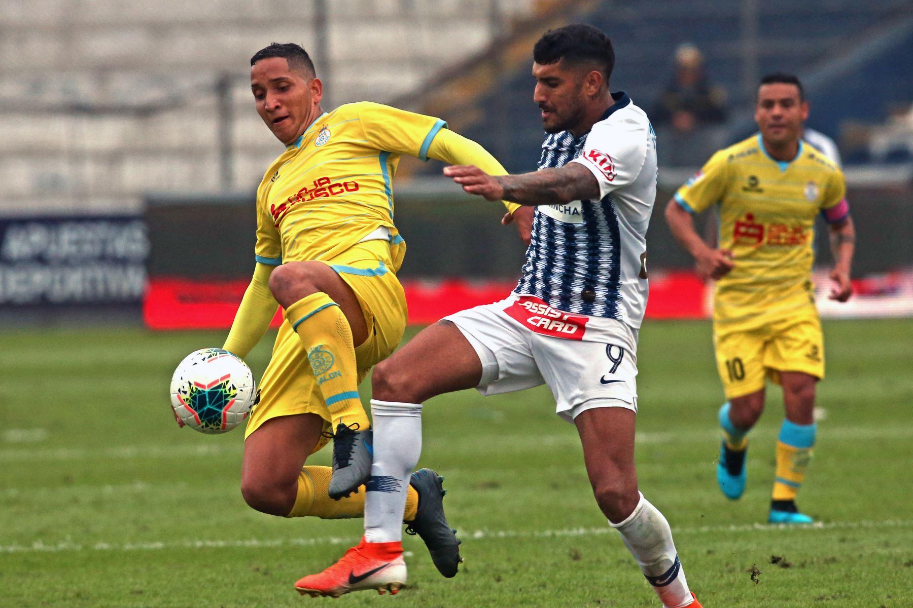 Adrian Balboa de Alianza Lima se enfrenta a Jhoel Herrera de Real Garcilaso por el Torneo Clausura de Liga 1. Foto: ANDINA/Vidal Tarqui