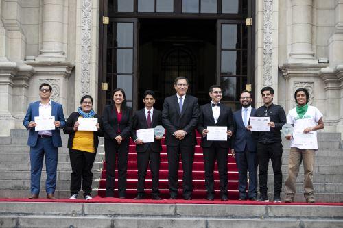 """Presidente Vizcarra entrega el Premio Nacional de la juventud """"Yenuri Chiguala Cruz"""""""