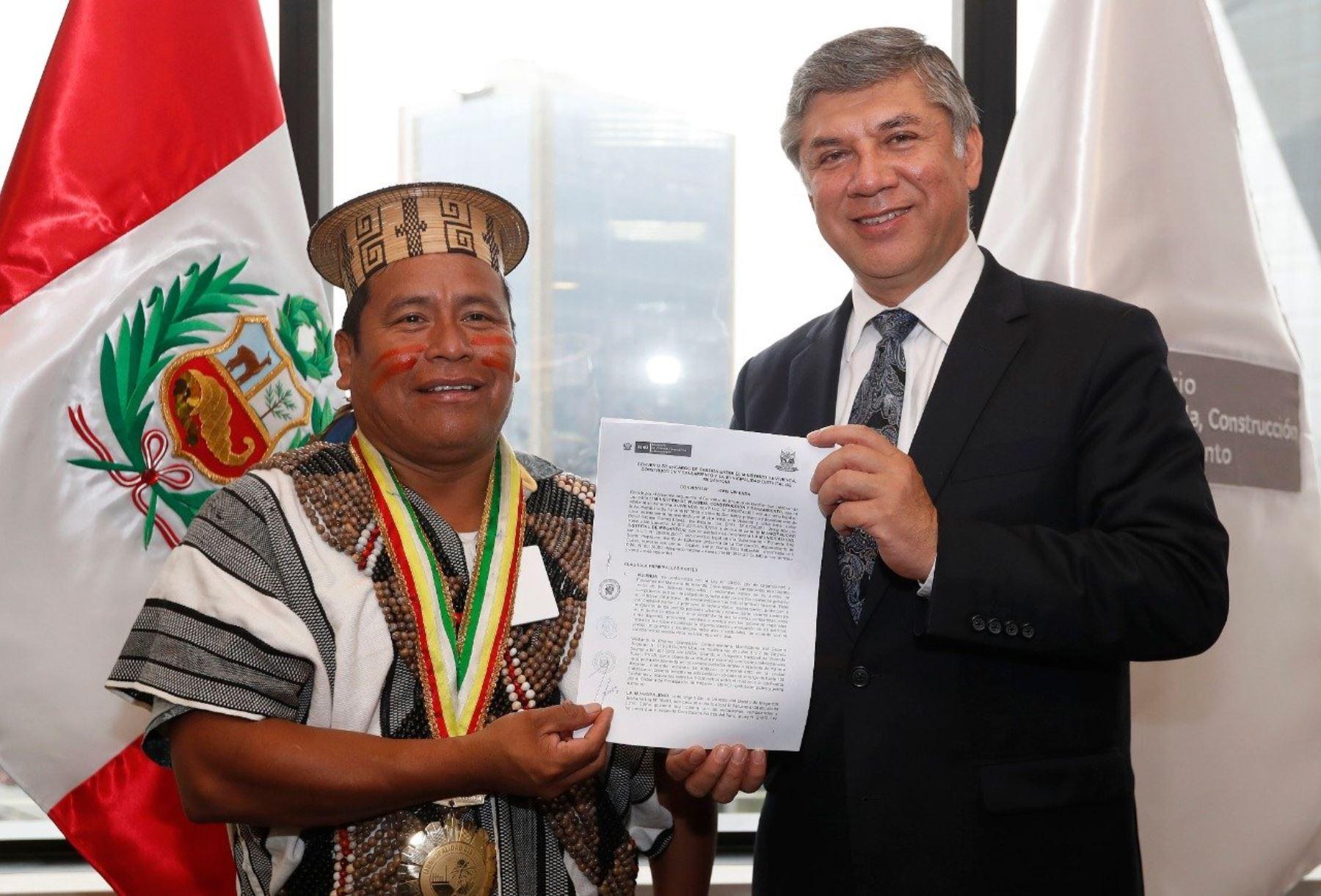 Alcalde de Megantoni, Daniel Ríoso, y ministro Miguel Estrada firman convenio para viviendas rurales.