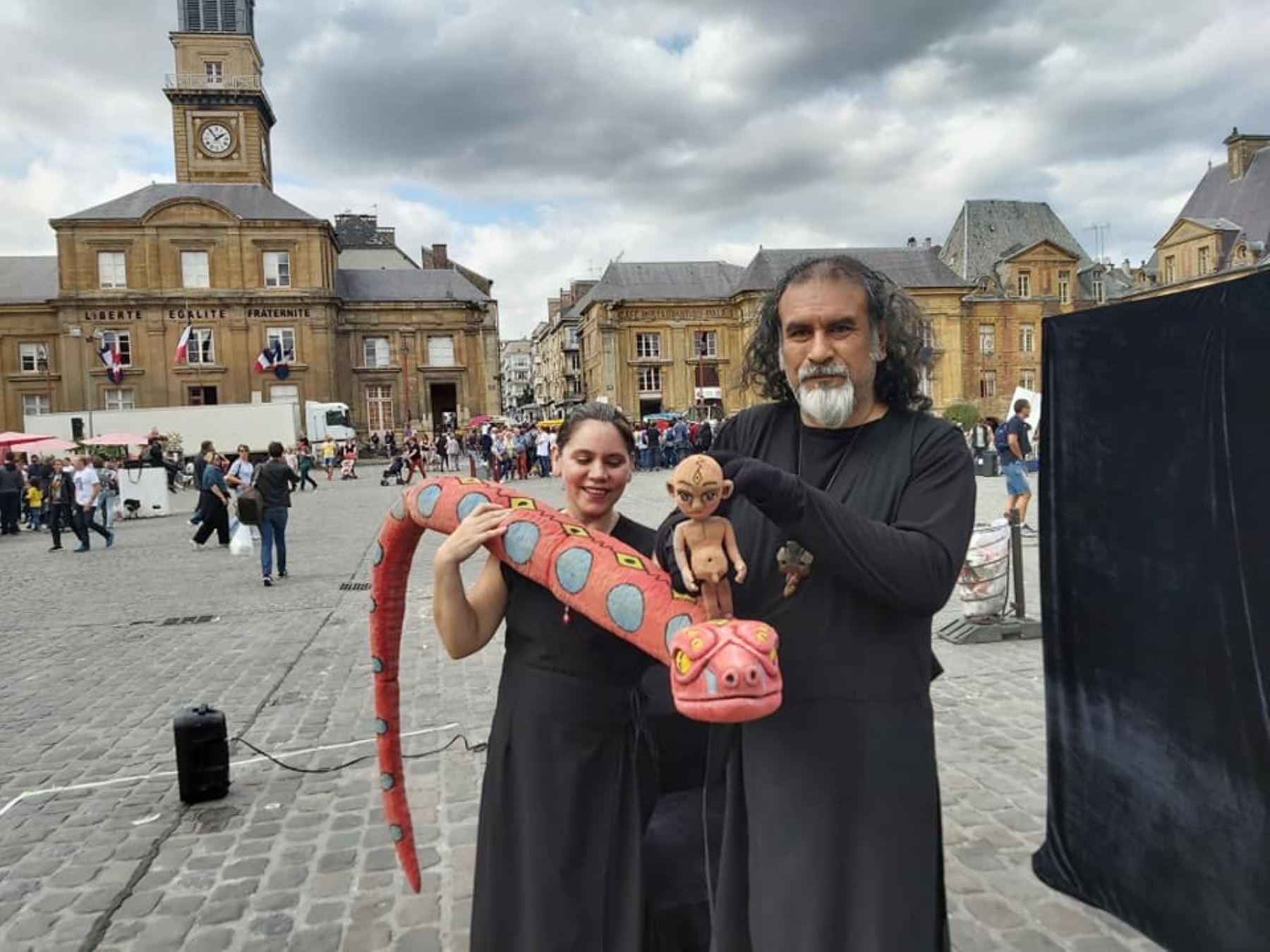 Asociación Tárbol mostrando su espectáculo de títeres en plazas de Francia.