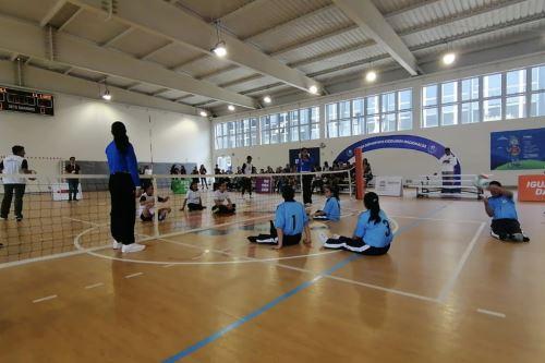 Primer encuentro de vóley sentado que se disputó en los Juegos Deportivos Escolares Nacionales 2019. Foto: ANDINA