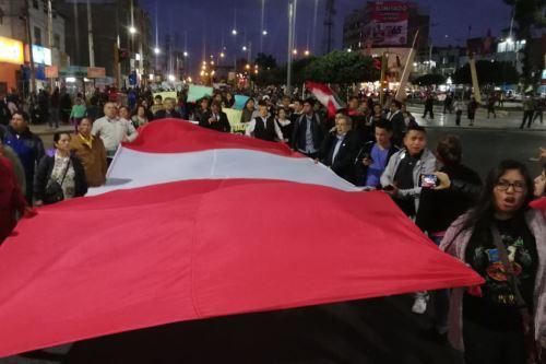 Ciudadanos de Chimbote (Áncash) salieron a las calles para expresar su respaldo a la disolución del Congreso.