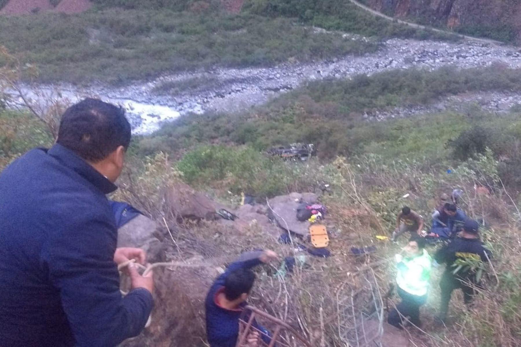 Personal de la Sutran que se encuentra en la zona del accidente en la vía Interoceánica, que habría dejado 23 fallecidos y 30 heridos.