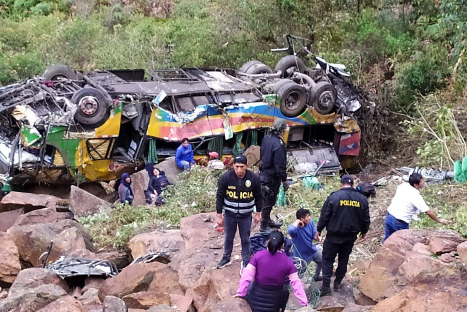 Autoridades identifican a cinco primeras víctimas de accidente en Cusco que dejó 23 muertos. Foto: Walberto Incaroca