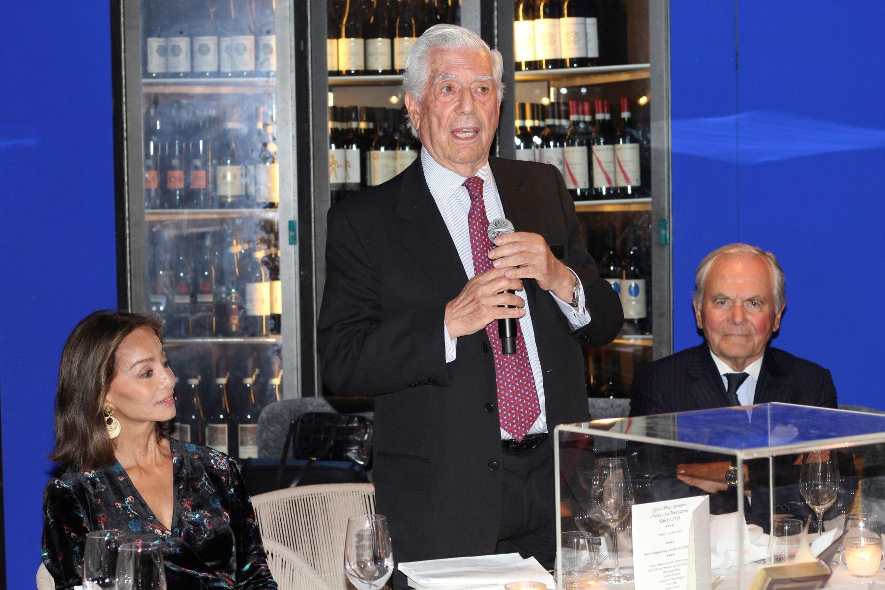 El escritor Mario Vargas Llosa recibe premio en París. EFE