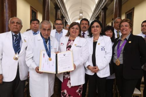 Federico Raúl Jerí, médico neurólogo y psiquiatra del Hospital 2 de Mayo, sigue ejerciendo su profesión a pesar de tener 100 años Foto: Minsa