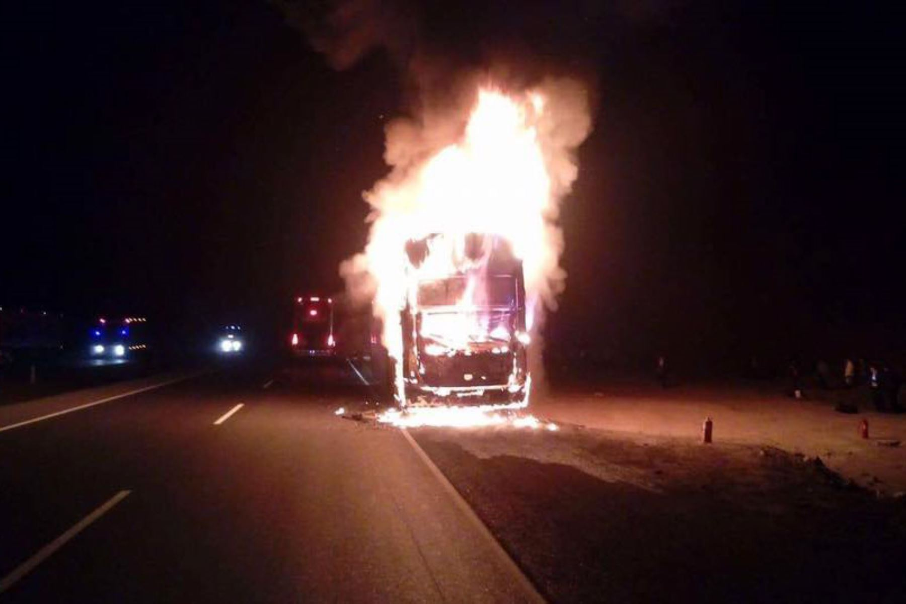 El ómnibus de la empresa turística Mony Tours, de placa D1M-967, se incendió esta madrugada en el distrito de Pariacoto, región Áncash.