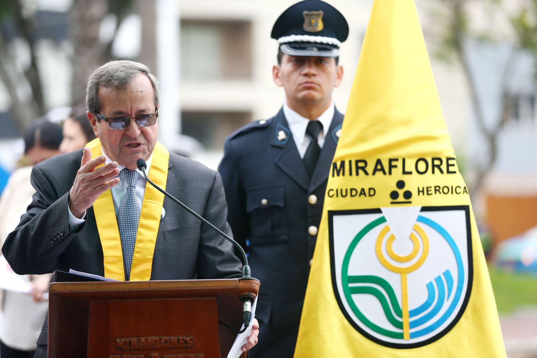 Luis Molina, alcalde de Miraflores, en  ceremonia de  homenaje por el centenario del fallecimiento de Ricardo Palma. Foto: ANDINA/Melina Mejía