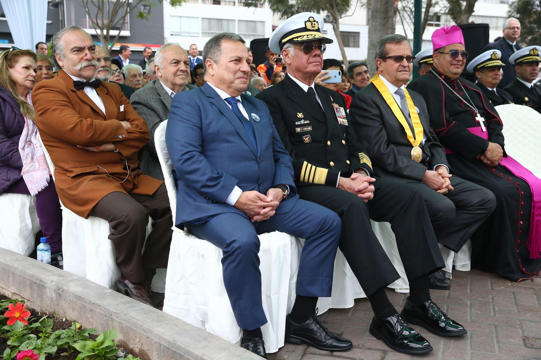 El Alcalde Miraflores, Luis Molina, Comandante General de la Marina, Almirante Fernando Cerdàn, en  ceremonia de  homenaje por el centenario del fallecimiento de Ricardo Palma. Foto: ANDINA/Melina Mejía