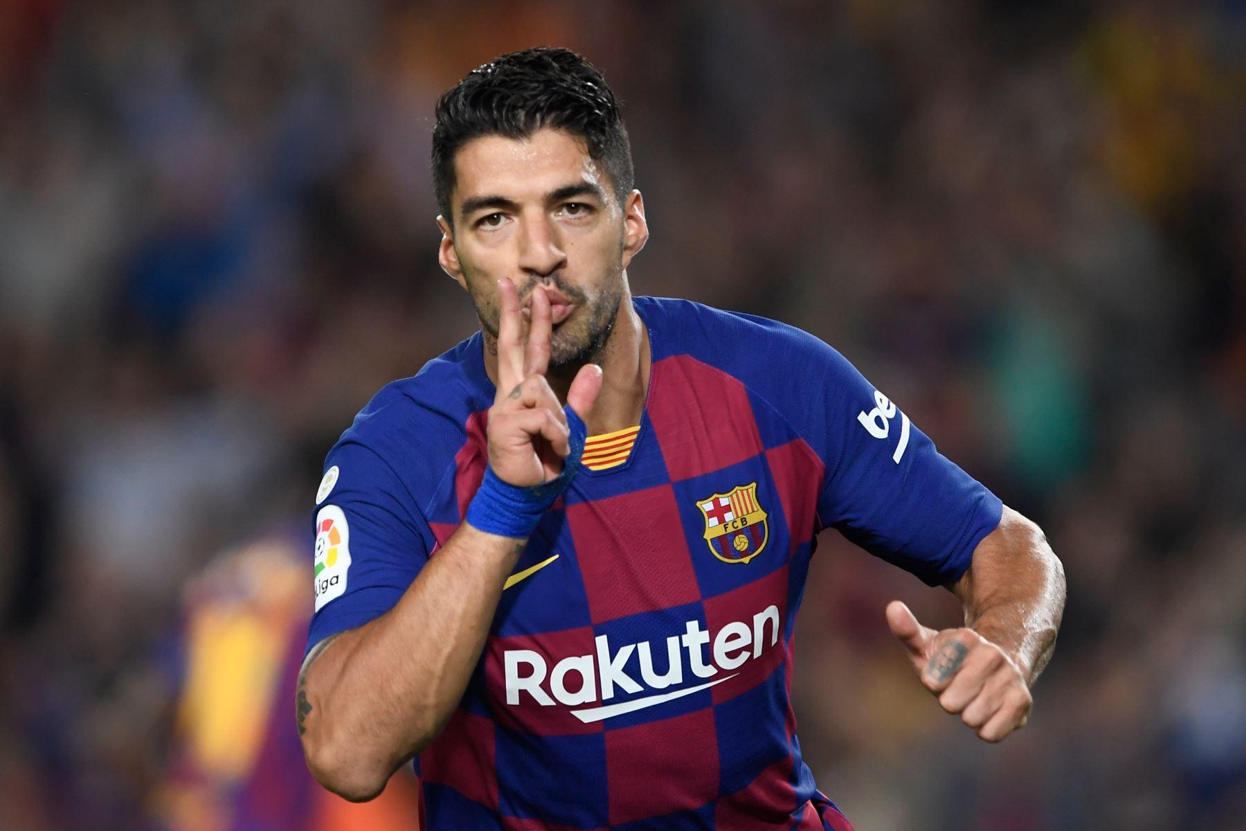 El delantero uruguayo de Barcelona, Luis Suárez, celebra el gol de apertura que anota al Sevilla por la Liga Santander. Foto: AFP