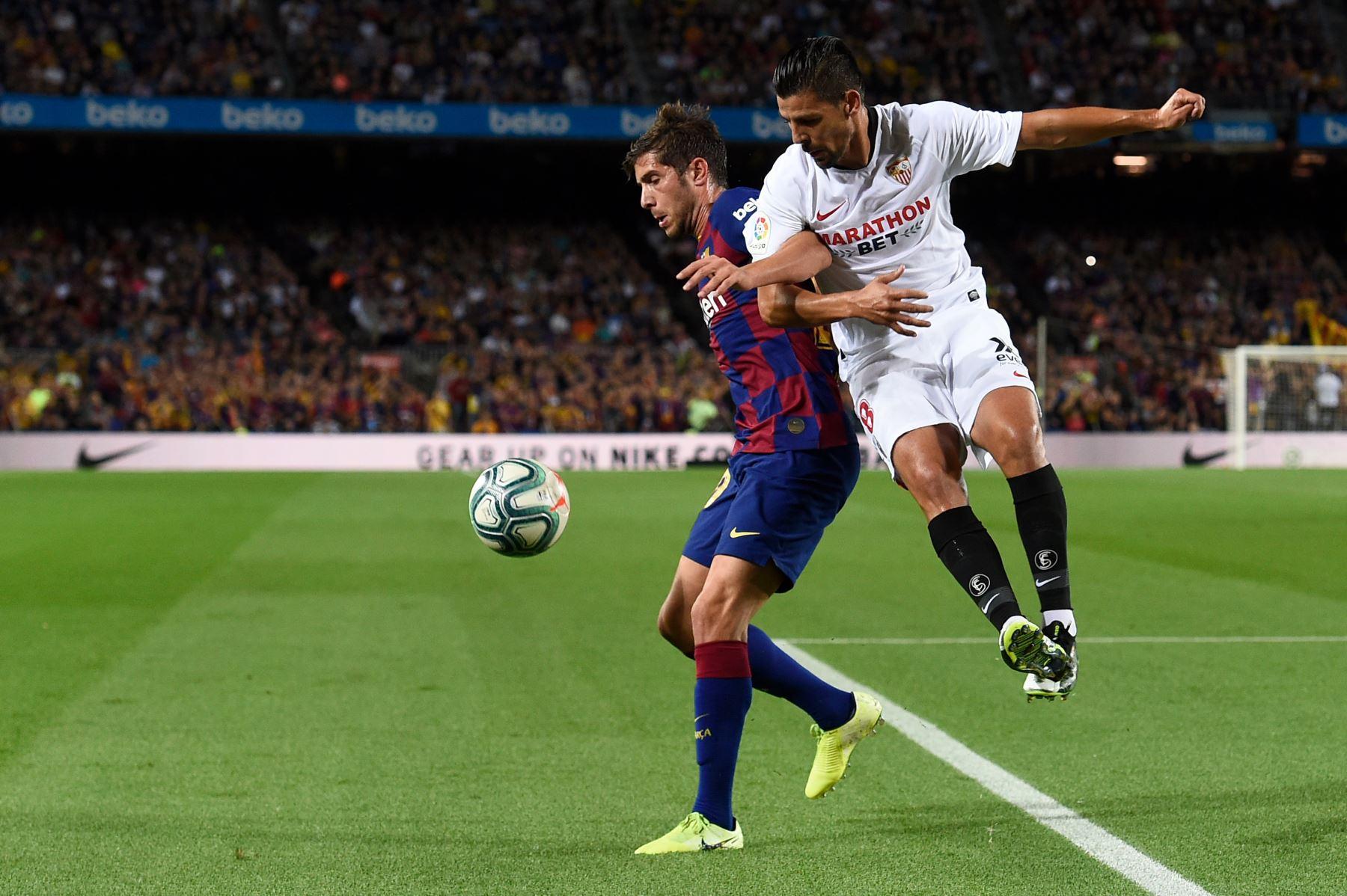 El defensor español de Barcelona Sergi Roberto desputa el balón contra el delantero español
