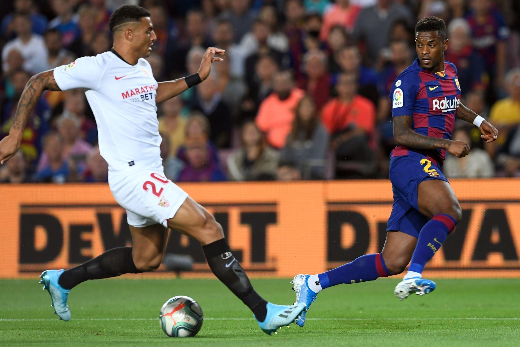 El defensor Diego Carlos del Sevilla trata de interceptar pase de Nelson Samedo  del Barcelona. Foto: AFP