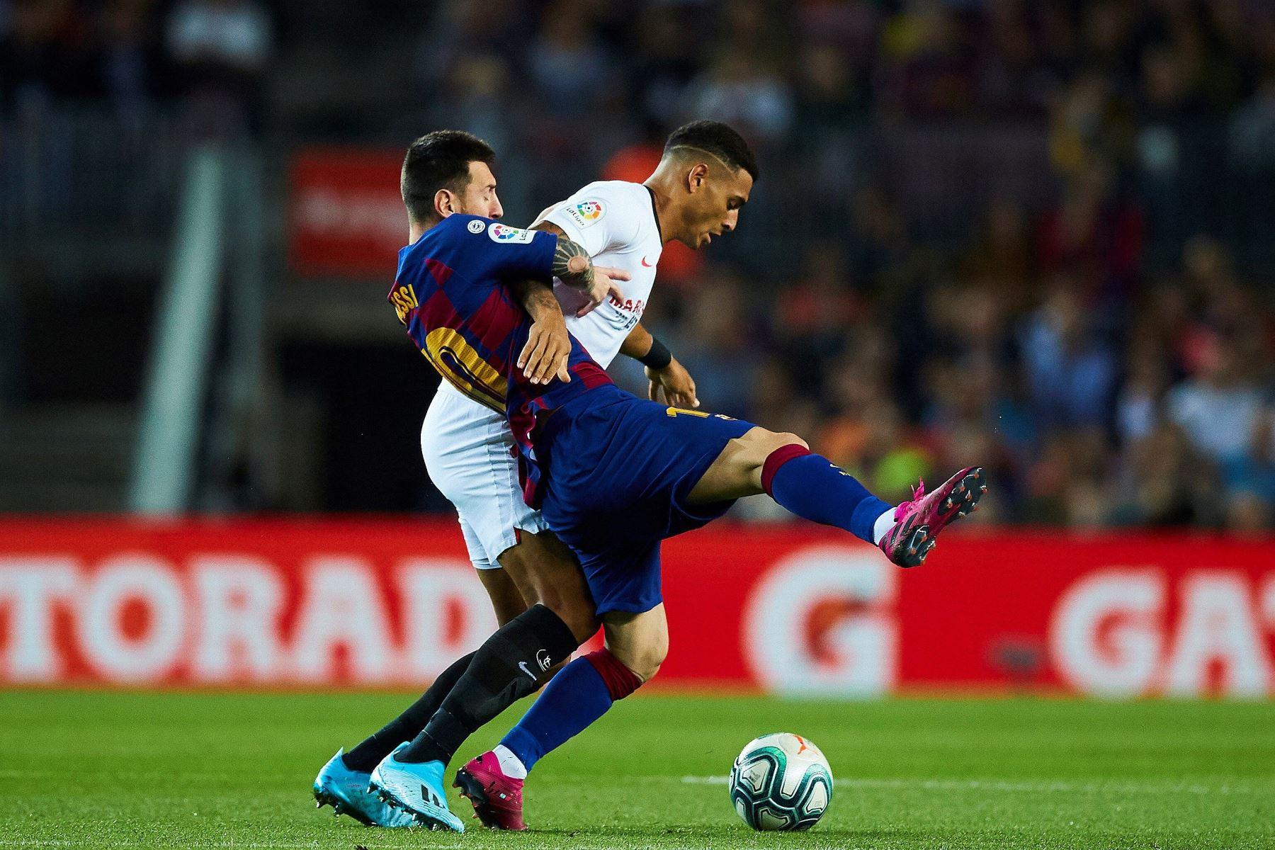 El delantero argentino del Barcelona Lionel Messi y el defensa del Sevilla Diego Carlos luchan por el balón durante el partido de la octava jornada de Liga Santander. Foto: EFE