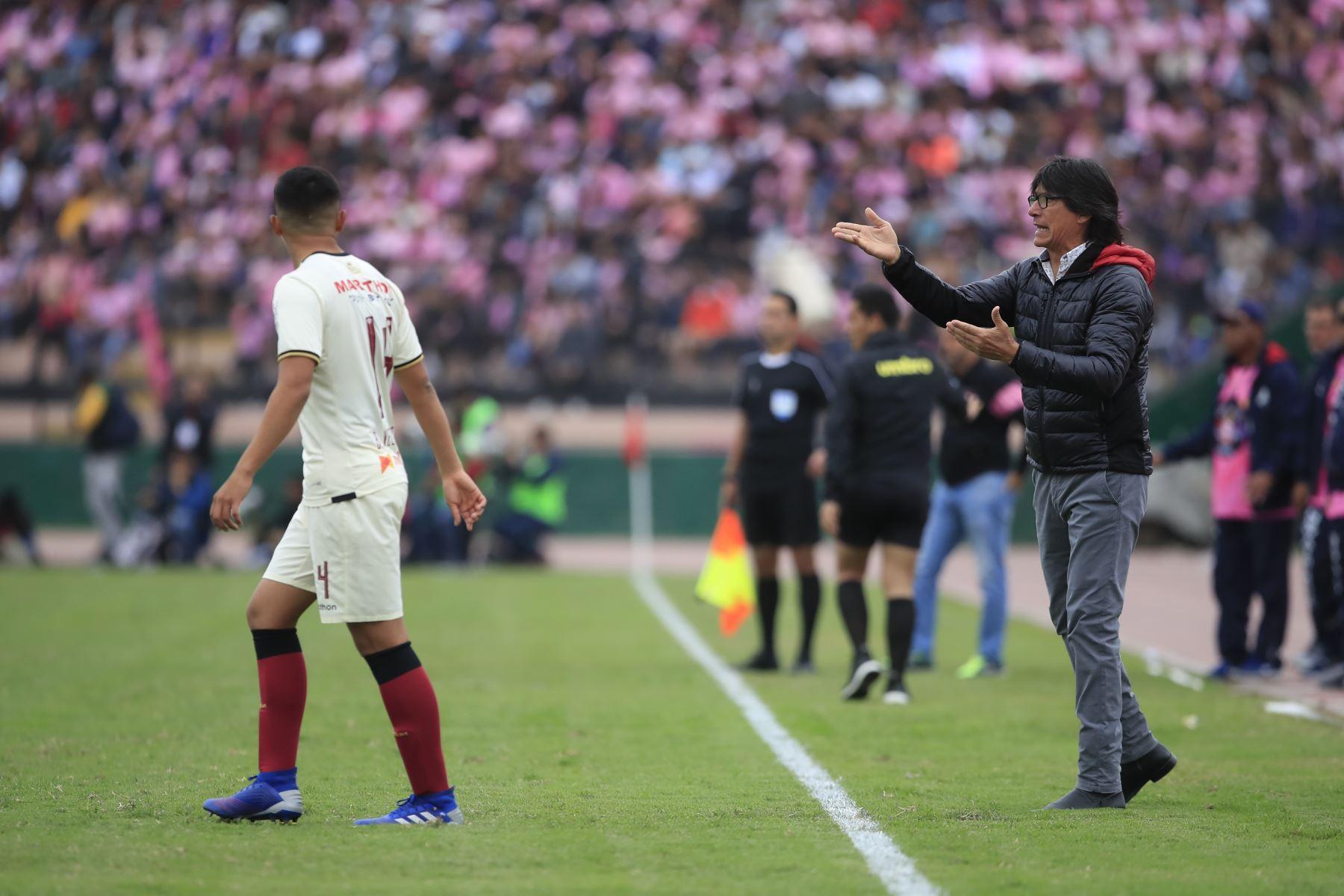 Director técnico de Universitario dando indicaciones durante el encuentro ante el Sport Boys en el estadio Miguel Grau del Callao.   Foto: Andina/Juan Carlos Guzmán Negrini