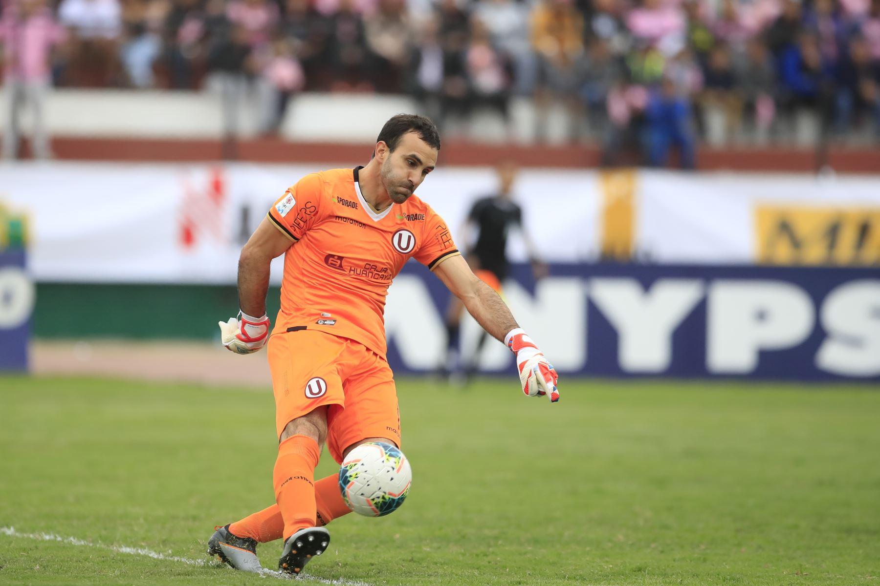 Jose Carvalho despeja el balón durante el encuentro ante el Sport Boys en el estadio Miguel Grau del Callao.   Foto: Andina/Juan Carlos Guzmán Negrini