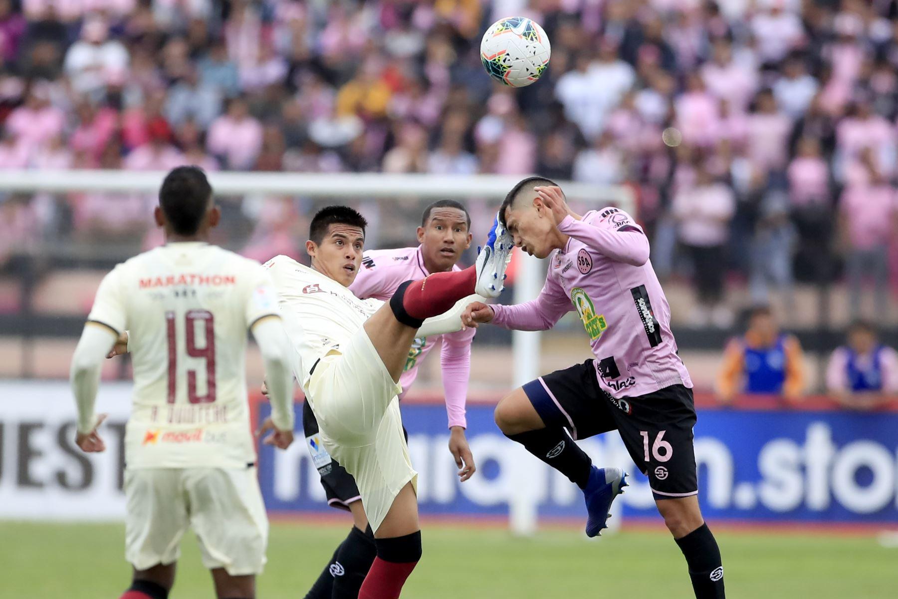 Anthony Osorio de Universitario despeja el balón frente a Pedro García del Sport Boys en el estadio Miguel Grau del Callao.   Foto: Andina/Juan Carlos Guzmán Negrini