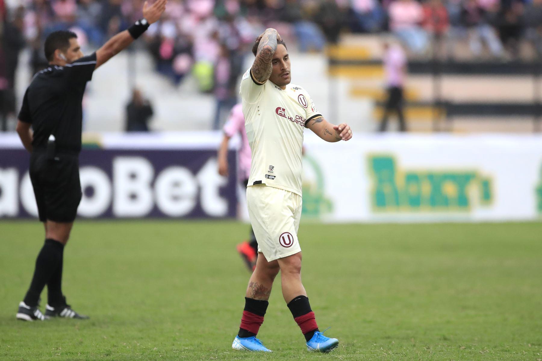 Alejandro Hohberg de Universitario se toma la cabeza durante el partido ante el Sport Boys en el estadio Miguel Grau del Callao.   Foto: Andina/Juan Carlos Guzmán Negrini