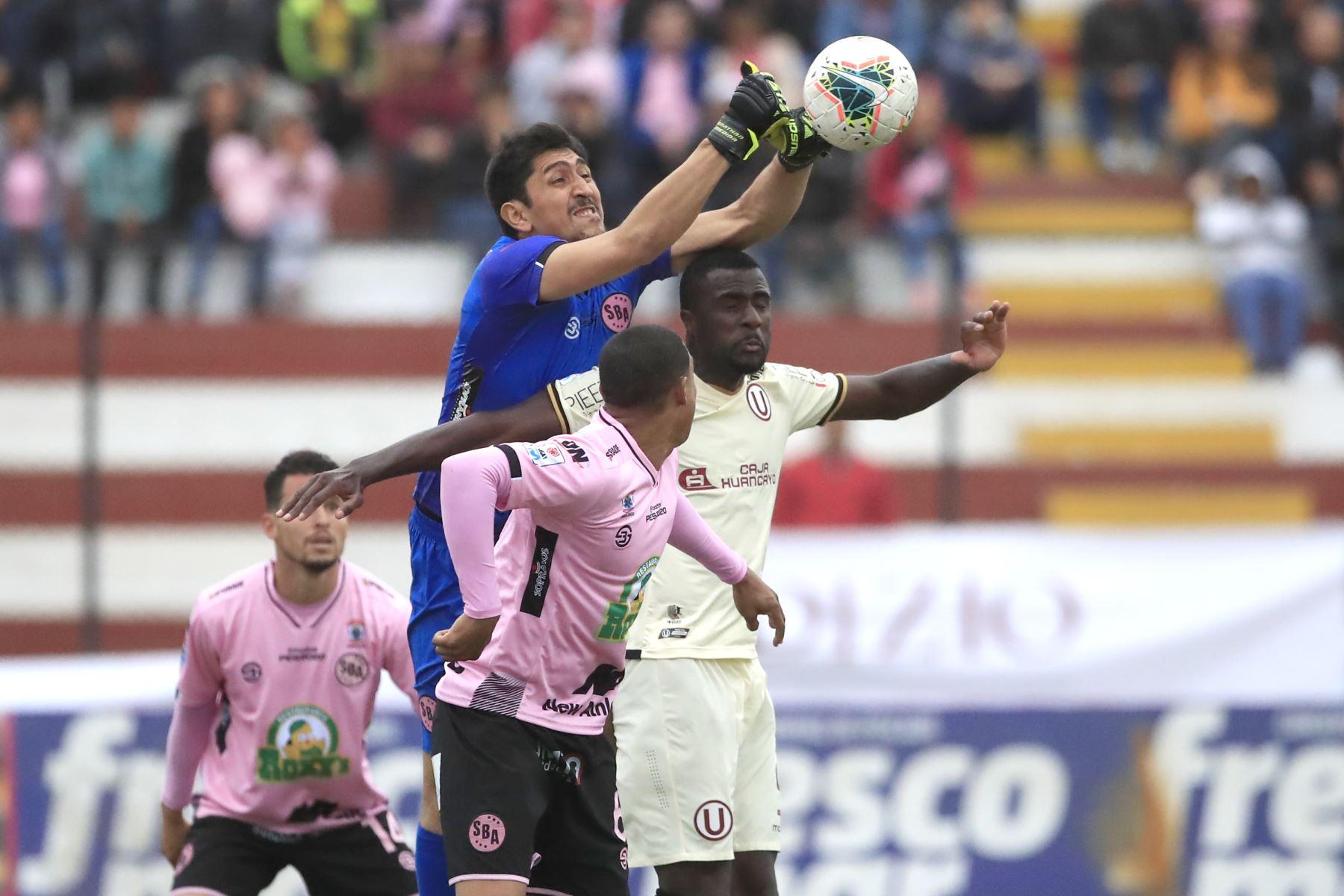Jonathan Medina del Sport Boys rechaza el balón durante el partido ante Universitario en el estadio Miguel Grau del Callao.   Foto: Andina/Juan Carlos Guzmán Negrini