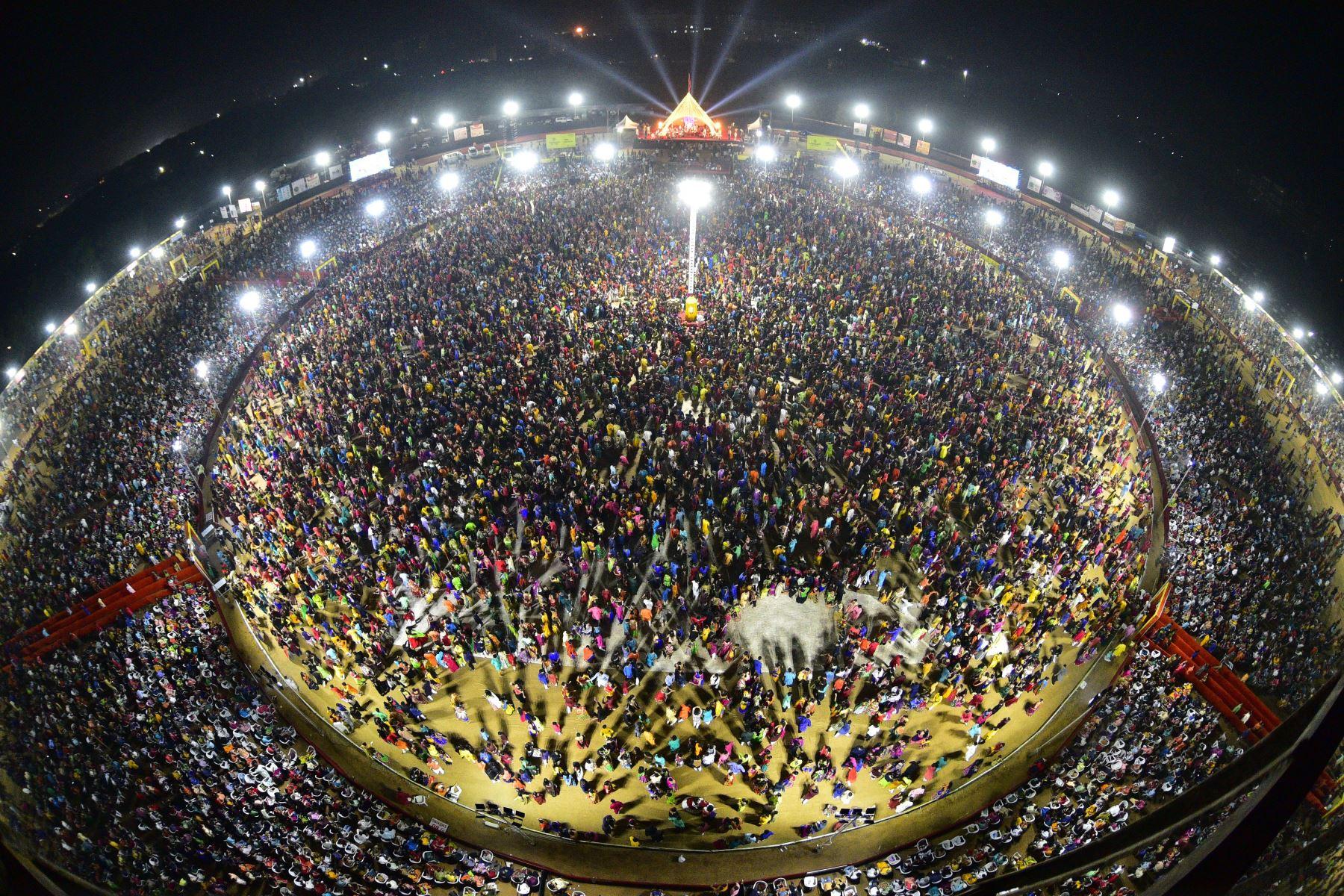 Miles de devotos hindúes se reúnen mientras participan en un Maha Aarti (Un ritual hindú) en la India occidental. Foto: AFP