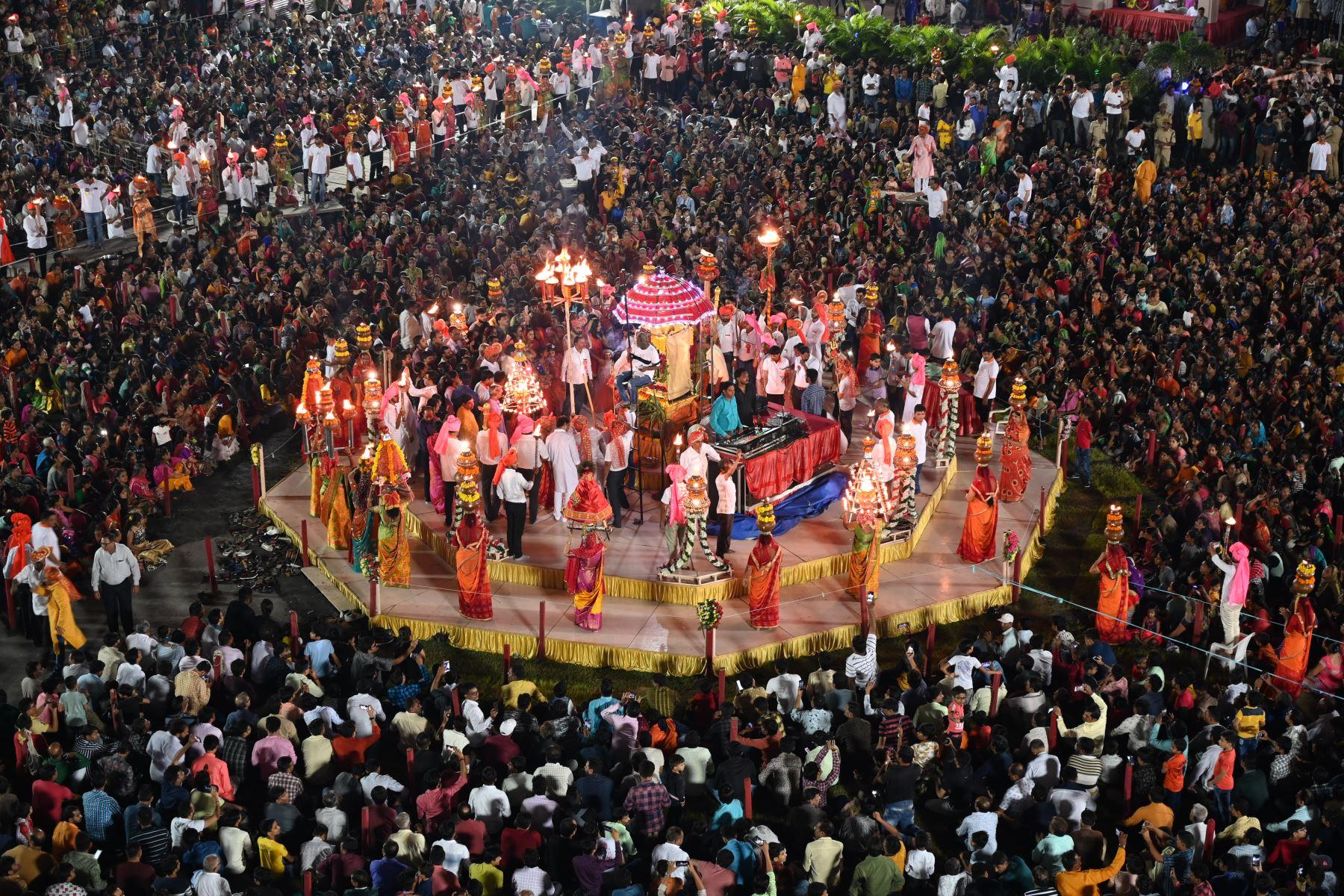 Miles de devotos hindúes se reúnen mientras participan en un Maha Aarti (un ritual hindú) cerca del templo de Umiyadham en la India. Foto: AFP