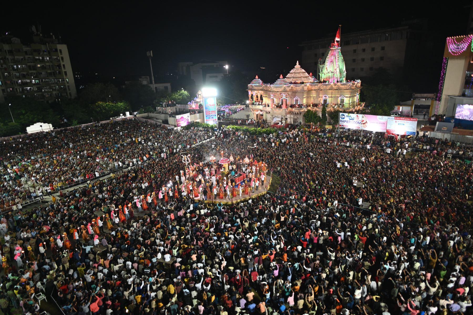 Miles de devotos hindúes se reúnen mientras participan en un Maha Aarti (un ritual hindú) cerca del templo de Umiyadham en Surat, a unos 270 kilómetros de Ahmedabad en el estado de Gujarat de la India occidental a fines del 6 de octubre de 2019. - Miles de devotos hindúes se reunieron en Umiya Dham y ofreció Aarti con motivo de Ashthmi a Ma Umiya. (Fo