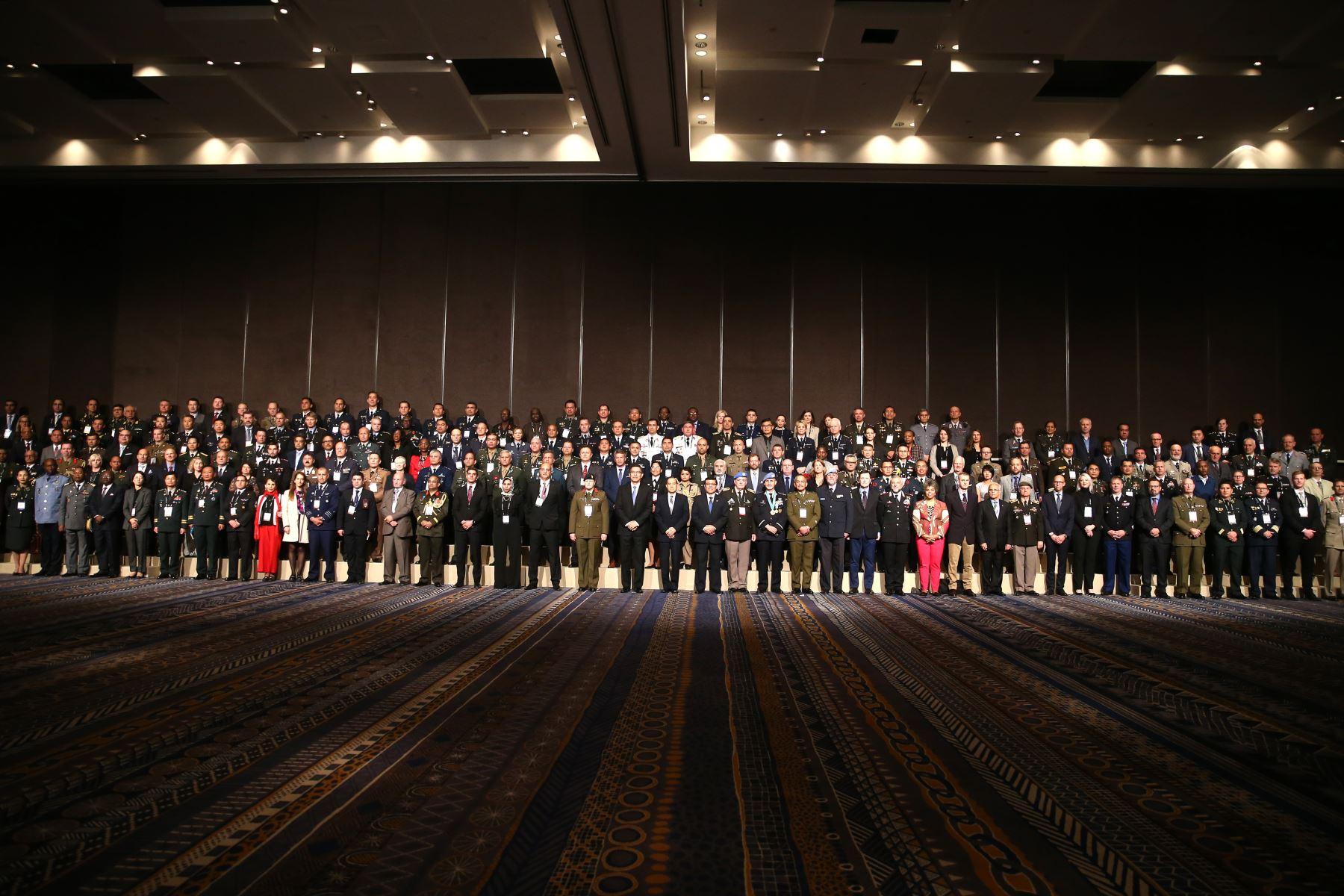 El Presidente Martin Vizcarra, participa de la Fotografía Oficial de la 25° Conferencia Anual de la Asociación Internacional de Centros de Entrenamiento para el Mantenimiento de la Paz -IAPTC Lima 2019. Foto: ANDINA/ Vidal Tarqui