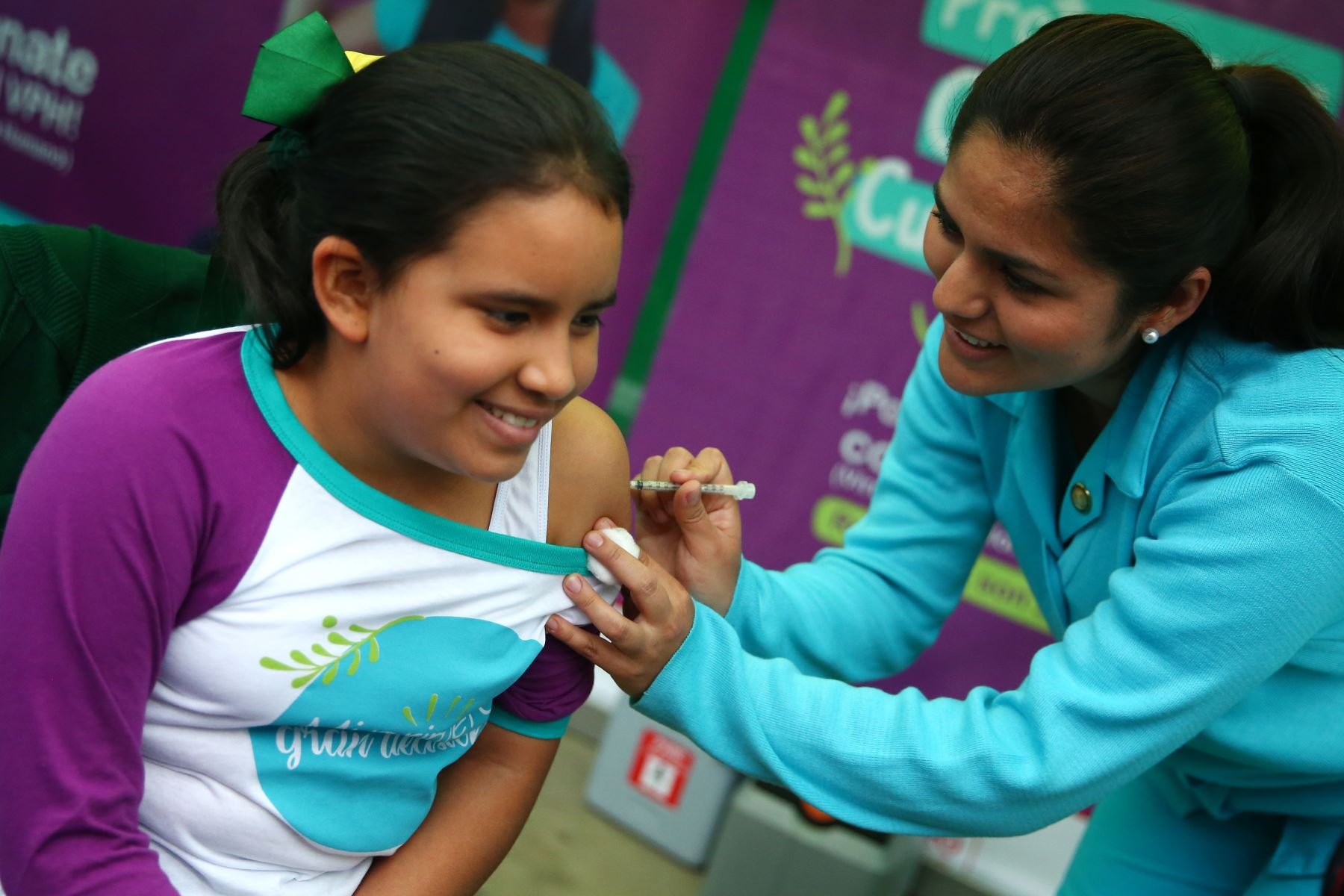En el inicio de la Campaña Nacional de Segunda Dosis de la Vacuna del Papiloma Humano, enfermeras del Minsa vacunan a niñas del colegio Elvira Garcia y Garcia.  Foto: ANDINA/Melina Mejía