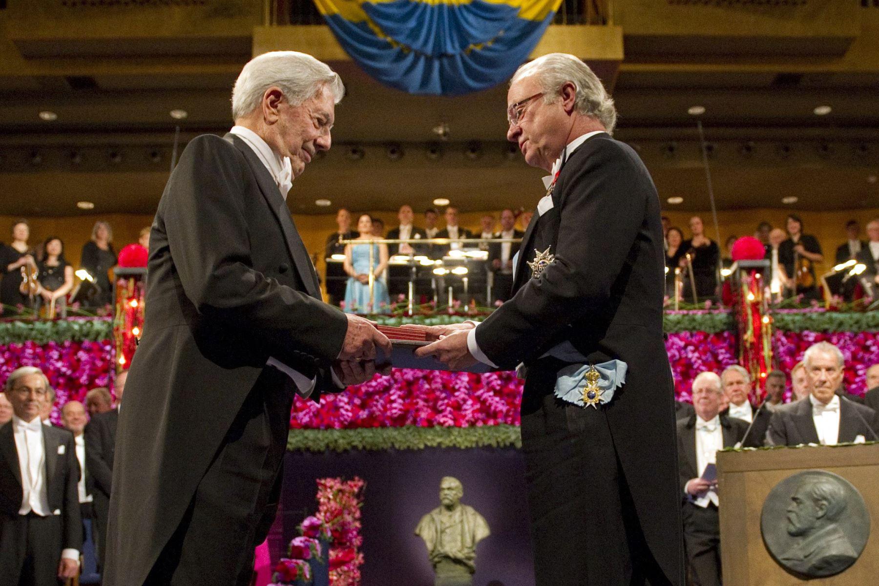 Fotografía tomada el 10 de diciembre de 2010. El escritor peruano Mario Vargas Llosa, recibe el Premio Nobel de Literatura del rey sueco Carl XVI Gustaf, en la Sala de Conciertos de Estocolmo. Foto: AFP