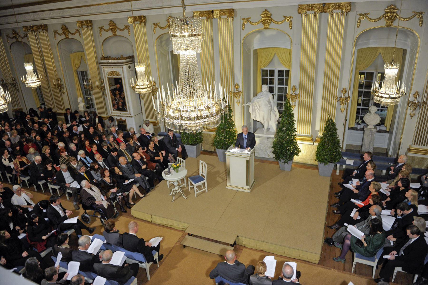 Fotografía tomada el 7 de diciembre de 2010. Mario Vargas Llosa celebra su conferencia Nobel en la Academia Sueca en el casco antiguo de Estocolmo. Foto: AFP