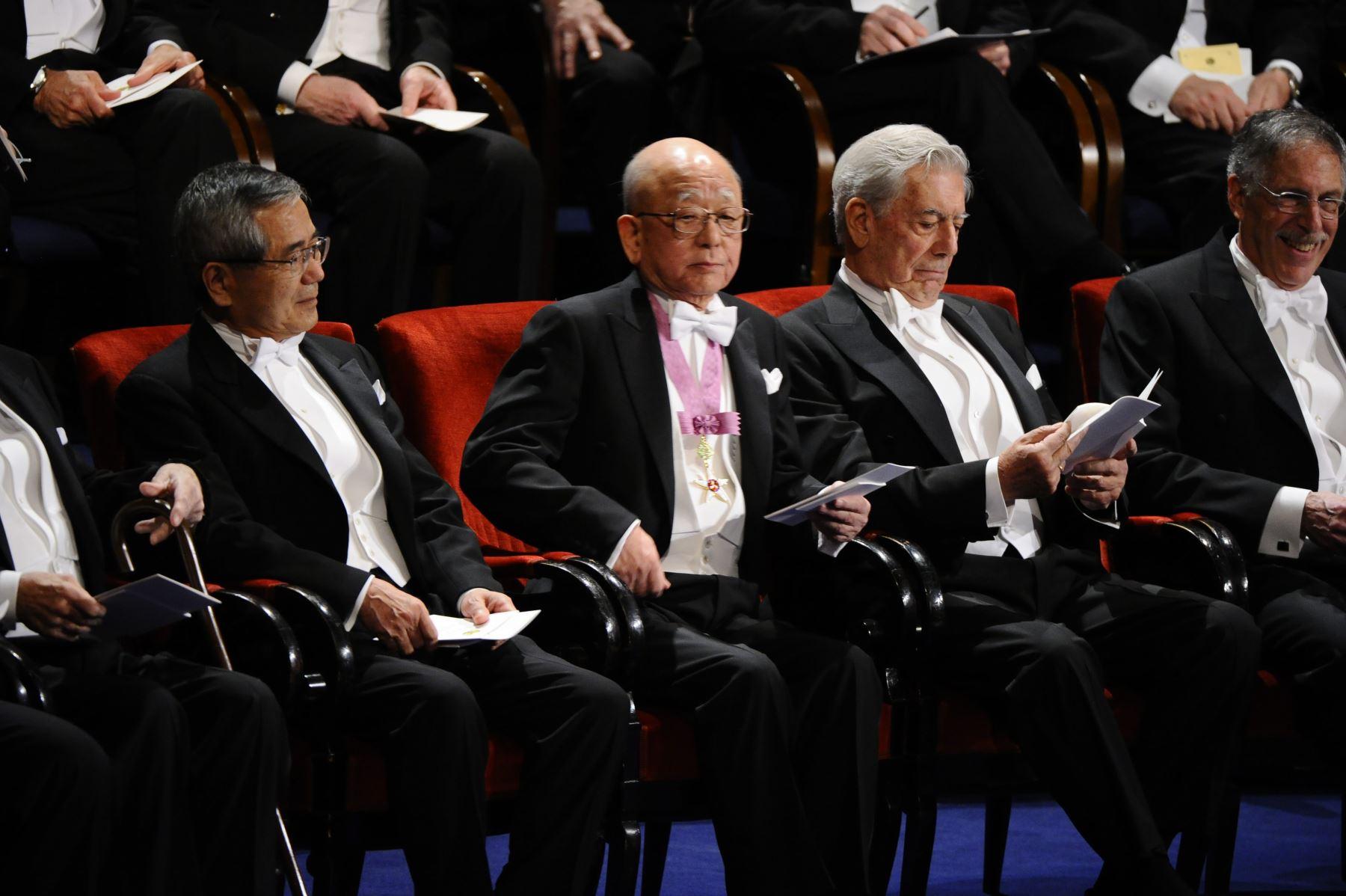 Fotografía tomada el 10 de Diciembre del 2010.Los premios Nobel de Química Ei-ichi Nigishi y Akira Suzuki, ambos de Japón, se sientan junto al ganador de Literatura Mario Vargas Llosa de Perú. Foto: AFP