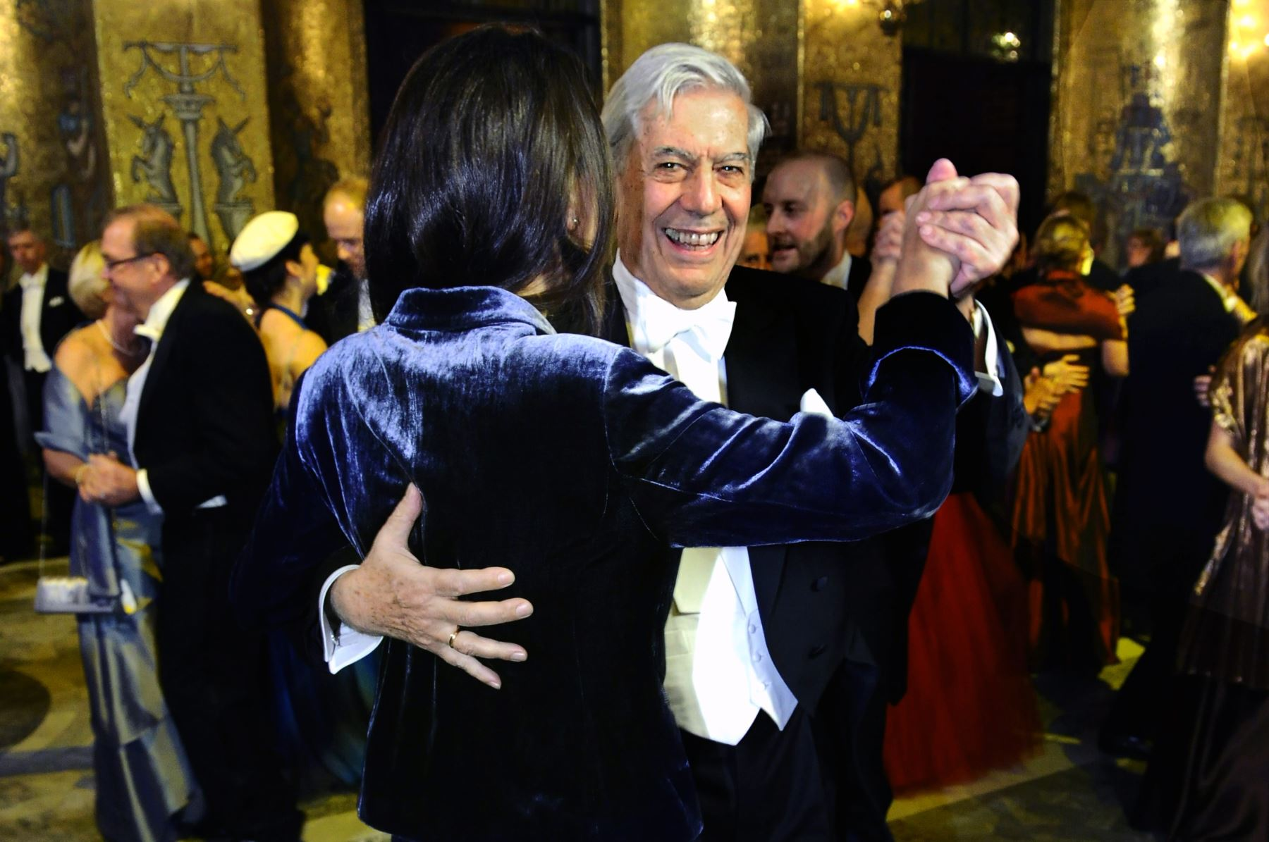 El premio Nobel de Literatura Mario Vargas Llosa baila con una de sus nietas en el Salón Dorado del Ayuntamiento de Estocolmo, luego del banquete Nobel el 10 de diciembre de 2010.Foto: AFP