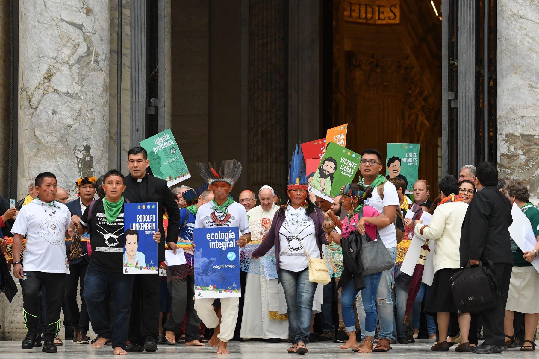 Representantes de los grupos étnicos de la selva amazónica y el papa Francisco (C) marchan en procesión durante la inauguración de la Asamblea Especial del Sínodo de los Obispos para la Región Pan-Amazónica, en la Basílica de San Pedro en el Vaticano.Foto:AFP