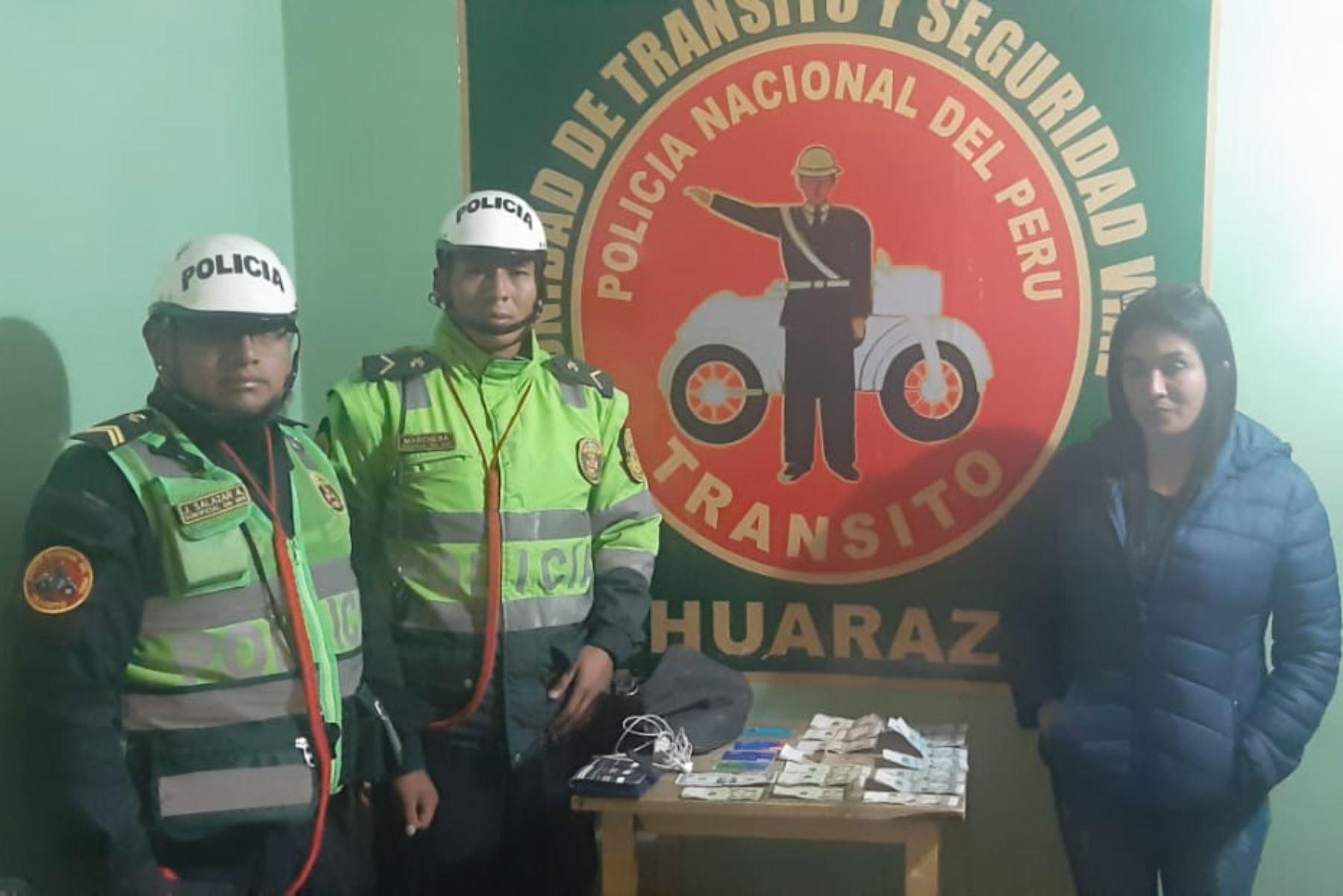 Dos efectivos de la Unidad de Tránsito y Seguridad Vial de Huaraz devolvieron el bolso con todas sus pertenencias a su dueña.