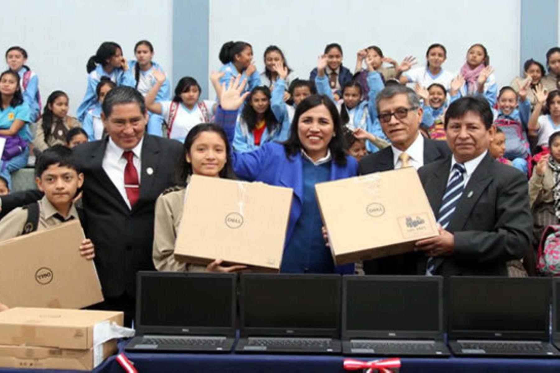 La ministra de Educación, Flor Pablo, entregó 36 laptops al colegio emblemático Leoncio Prado, ubicado en la región Huánuco.