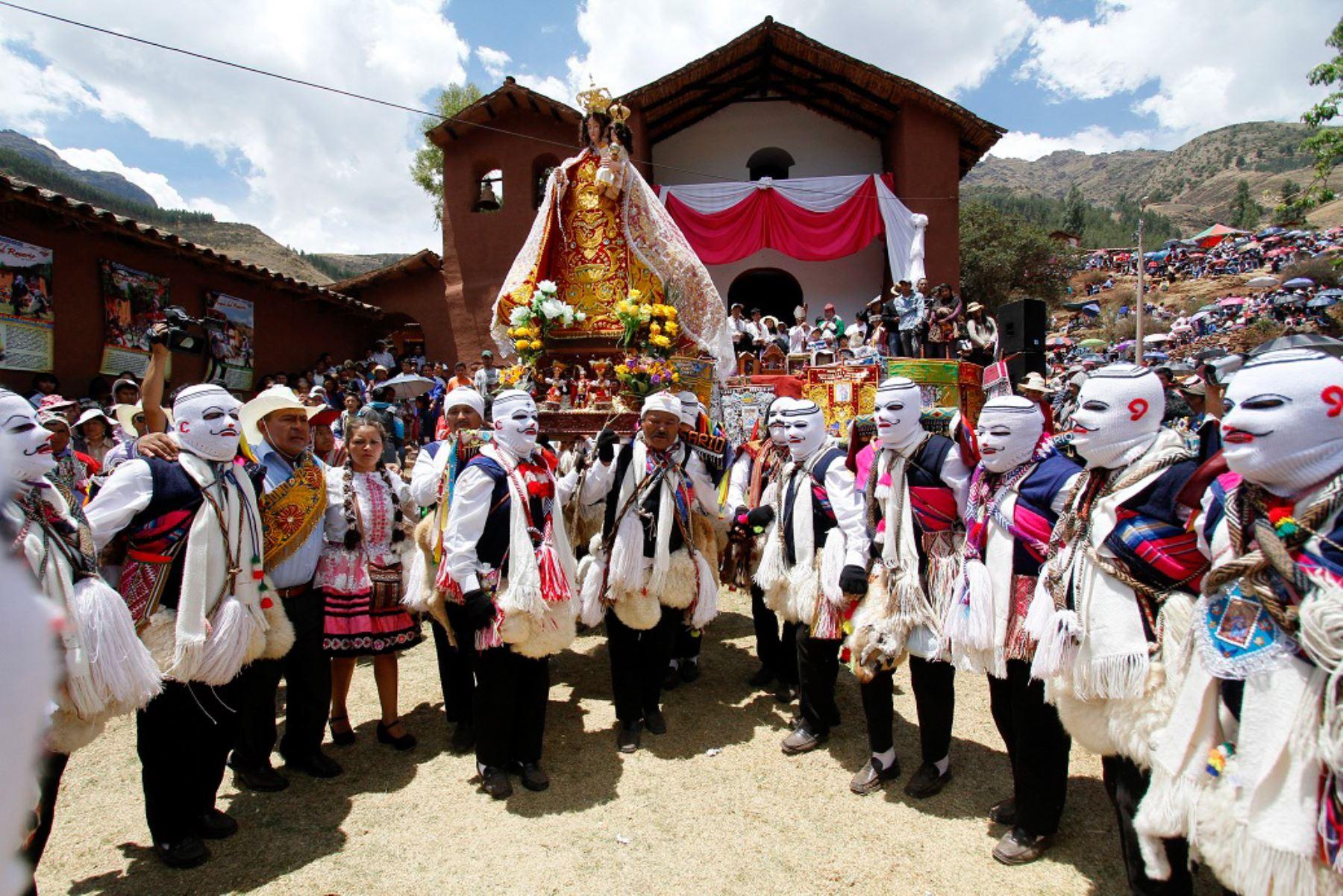 Fieles católicos y turistas participan ne las festividades en honor a la Virgen del Rosario en las provincias de Paucartambo y Calca, región Cusco.