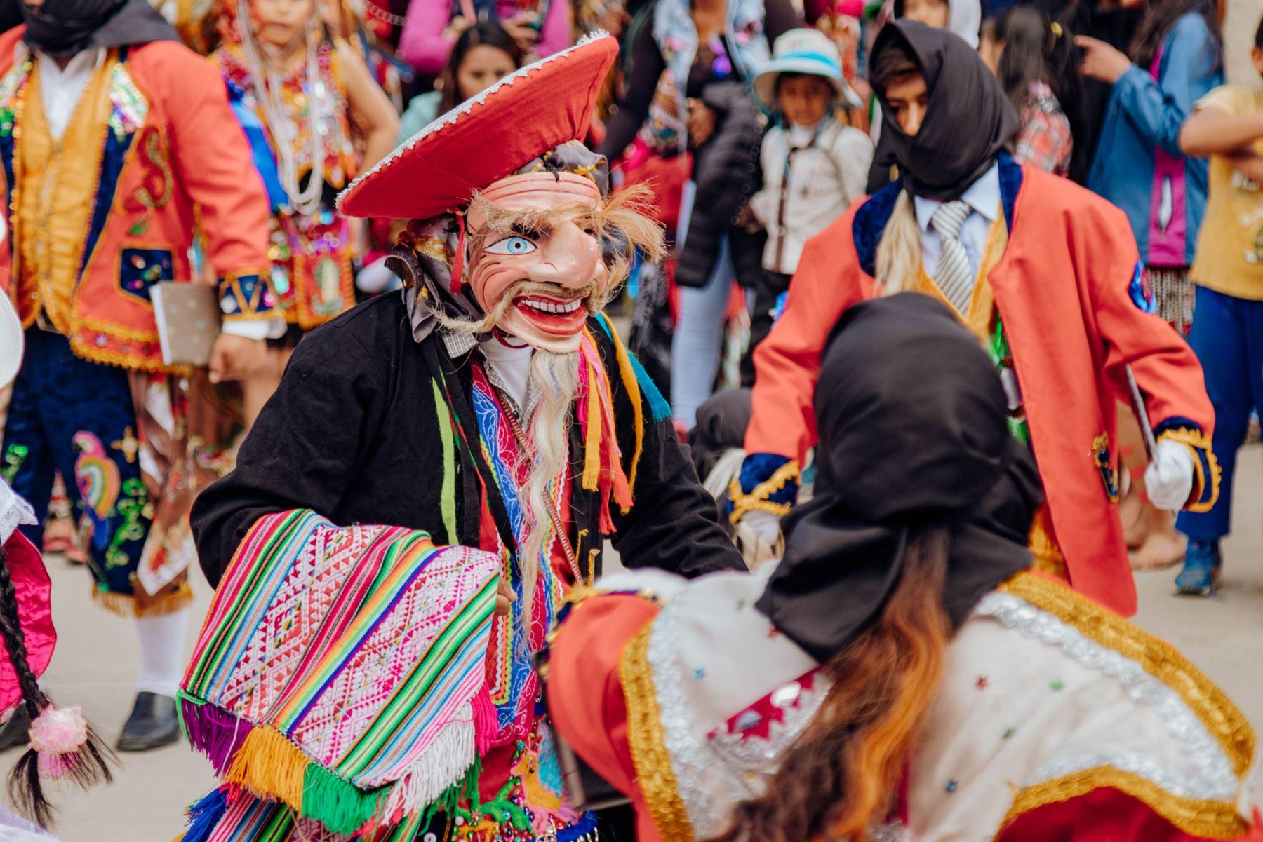 Cuadrillas de danzarines visitan el cementerio general como parte de la tradicional romería de visita a quienes antes le rendía devoción a la mamá Rosario.  Foto: ANDINA/Percy Hurtado Santillán
