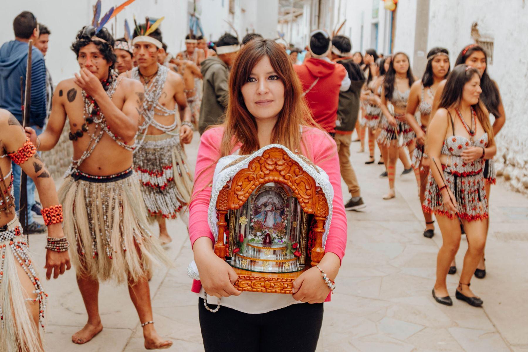 Fieles como visitantes, que hoy disfrutan del feriado, gozan de la cultura religiosa y cultural de Paucartambo.  Foto: ANDINA/Percy Hurtado Santillán