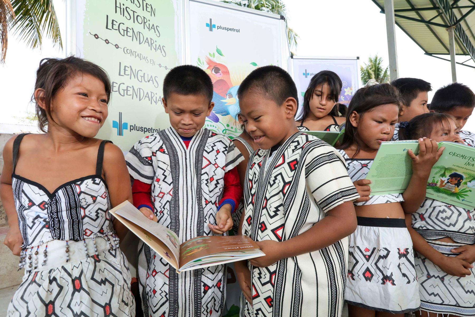 Entregan libros de cuentos escritos en idioma yine y matsigenka a niños de esos pueblos amazónicos ubicados en la selva de Cusco. ANDINA/Difusión