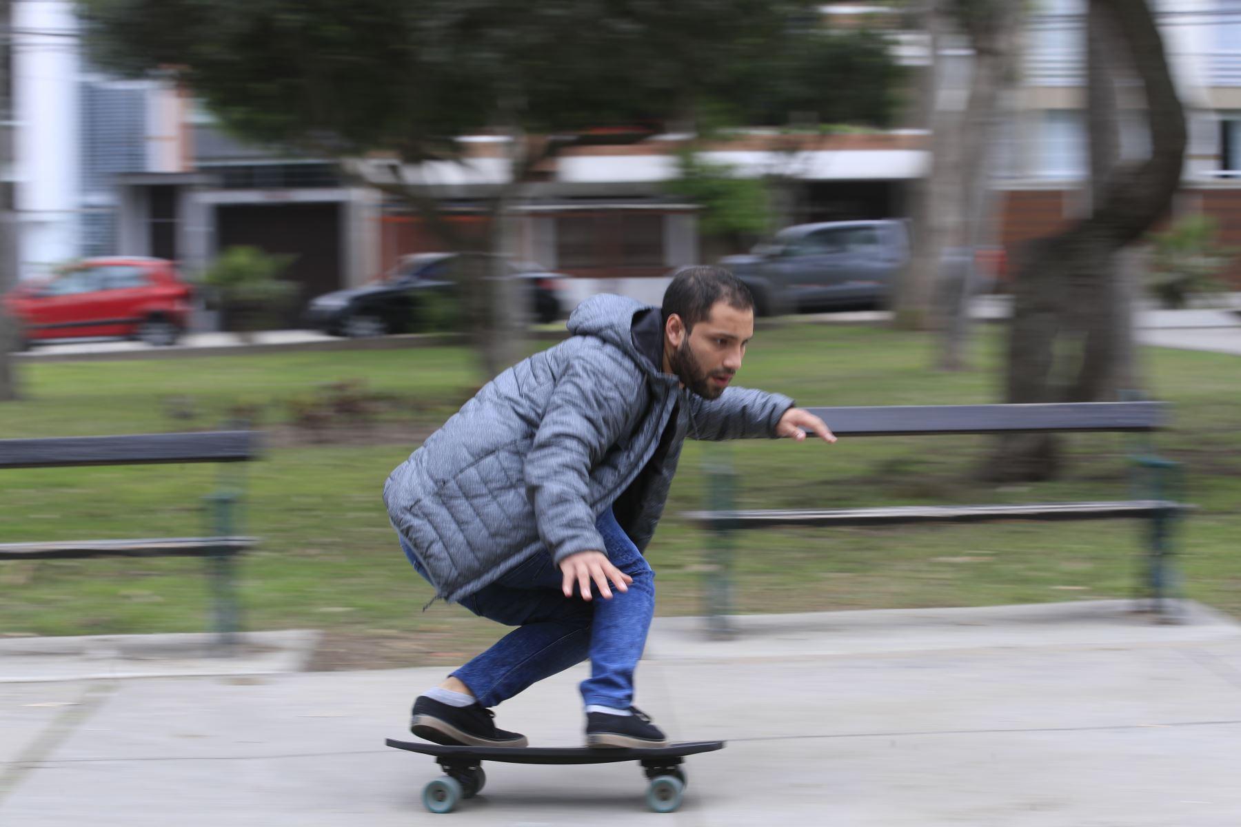 Jóvenes investigaron durante nueve meses hasta que fabricaron el ejemplar ideal del skate, que tiene un balance entre la dureza y flexibilidad. Foto: ANDINA/Juan Carlos GuzmánANDINA/Juan Carlos Guzmán
