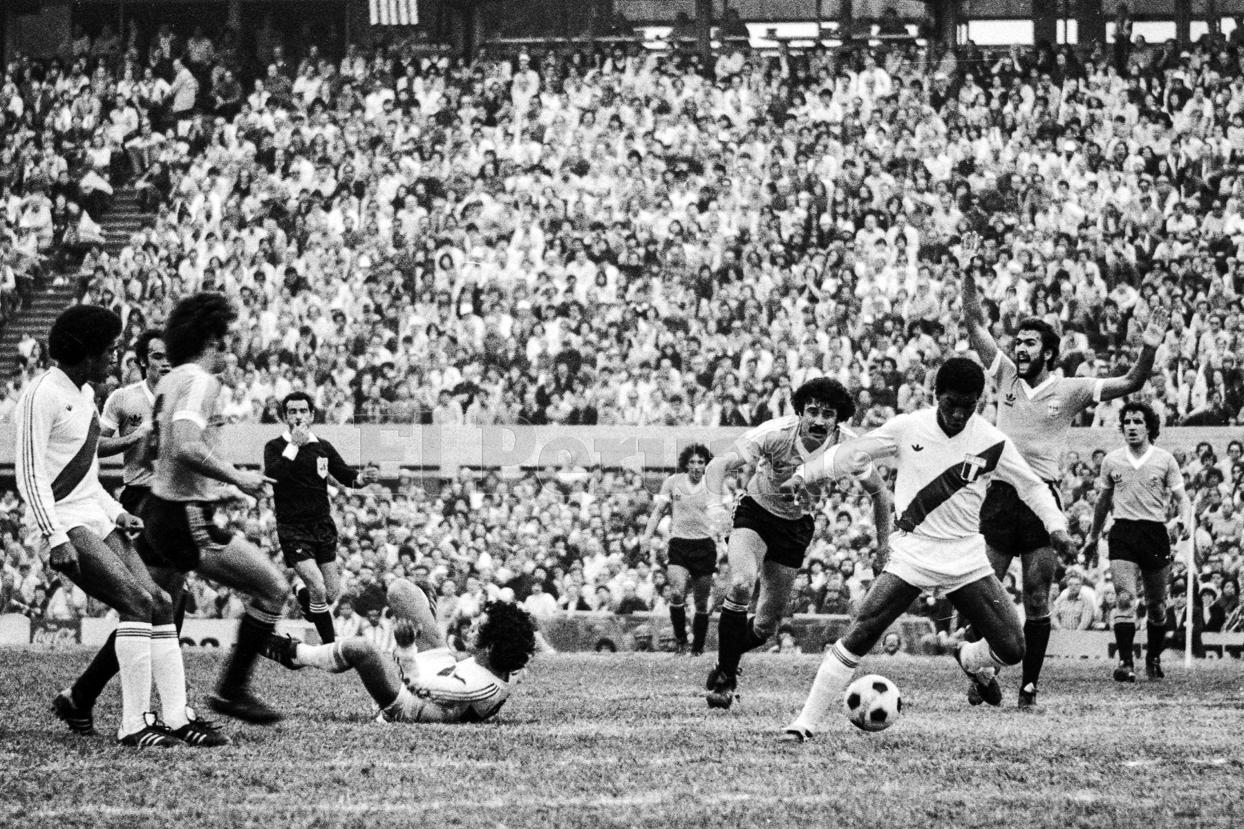 Montevideo, Uruguay - 23 agosto 1981 / El volante Julio César Uribe supera la marca de un rival durante el partido que Perú le ganó a Uruguay por 2-1 en el estadio Centenario. Los peruanos alcanzaron la punta del Grupo 2 de las eliminatorias sudamericanas y quedaron a un punto de clasificar al Mundial de España 82.Foto: Archivo El Peruano/ Rómulo Luján