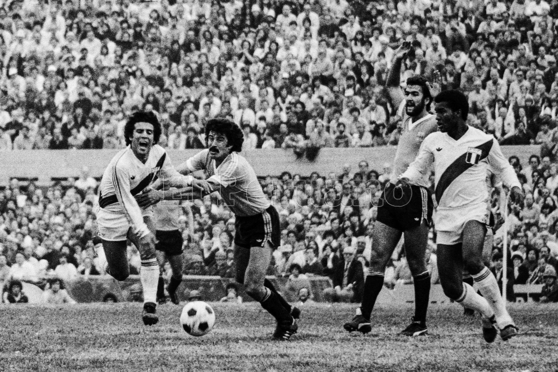 Montevideo, Uruguay - 23 agosto 1981 / El volante César Cueto  durante el partido que Perú le ganó a Uruguay por 2-1 en el estadio Centenario. Los peruanos alcanzaron la punta del Grupo 2 de las eliminatorias sudamericanas y quedaron a un punto de clasificar al Mundial de España 82.Foto: Archivo El Peruano/ Rómulo Luján
