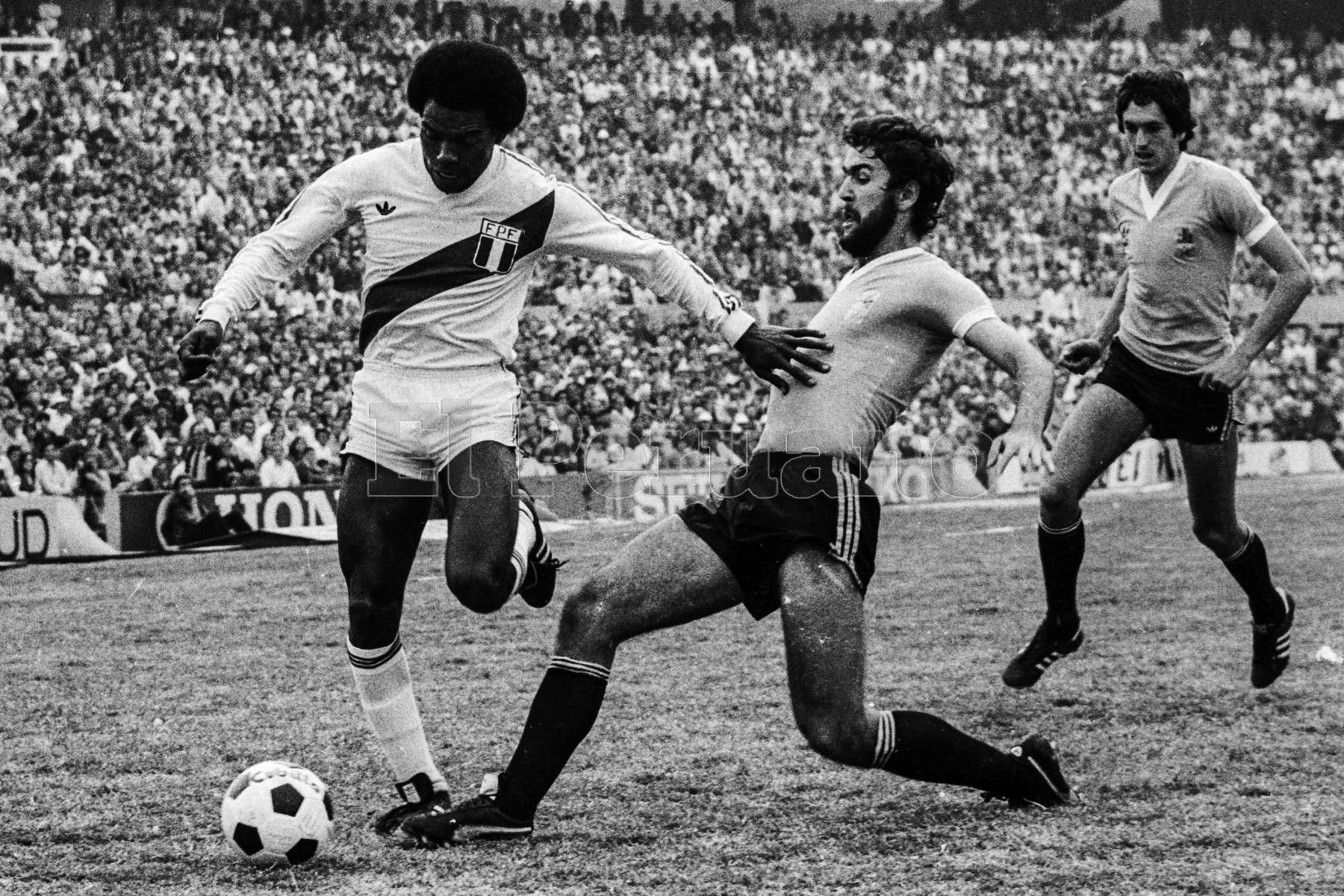 Montevideo, Uruguay - 23 agosto 1981 / Perú alcanzó la punta del Grupo 2 de las eliminatorias sudamericanas  para el Mundial de España 82 al vencer a Uruguay por 2-1 en el mítico Estadio Centenario. El delantero Gerónimo Barbadillo fue una de las figuras destacadas del cuadro peruano.Foto: Archivo El Peruano/ Rómulo Luján